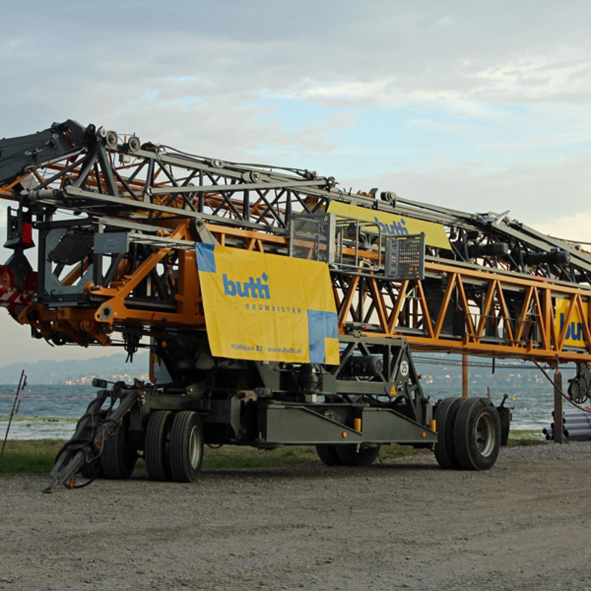 Der zu transportierende Kran ist ein Turmdrehkran von Liebherr und wird sich auf der Insel selbst aufstellen.
