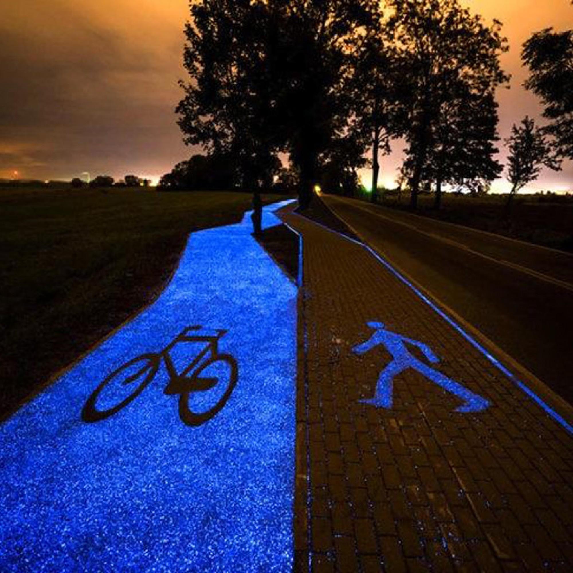 Ein Rad- und ein parallel verlaufender Fussweg im polnischen Lidzbark Warminski sind mit einem speziellen Material asphaltiert worden, das nachts blau leuchtet. (Bild: TPAQI)