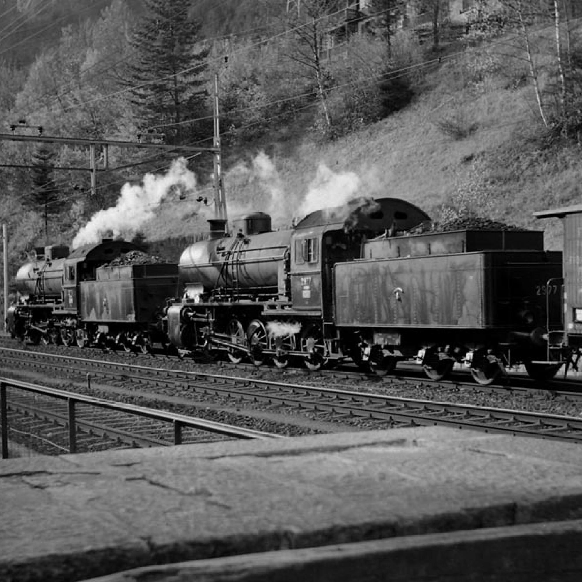 Historische Aufnahme: Der Foto- und Filmgüterzug der Schweizerischen Bundesbahnen (SBB) verkehrte am Montag, den 4.11.1957, im Rahmen des Jubiläums «75 Jahre Gotthardbahn» mit drei Dampflokomotiven der Serie  C 5/6 auf der Gotthard-Nordrampe. Im Bild