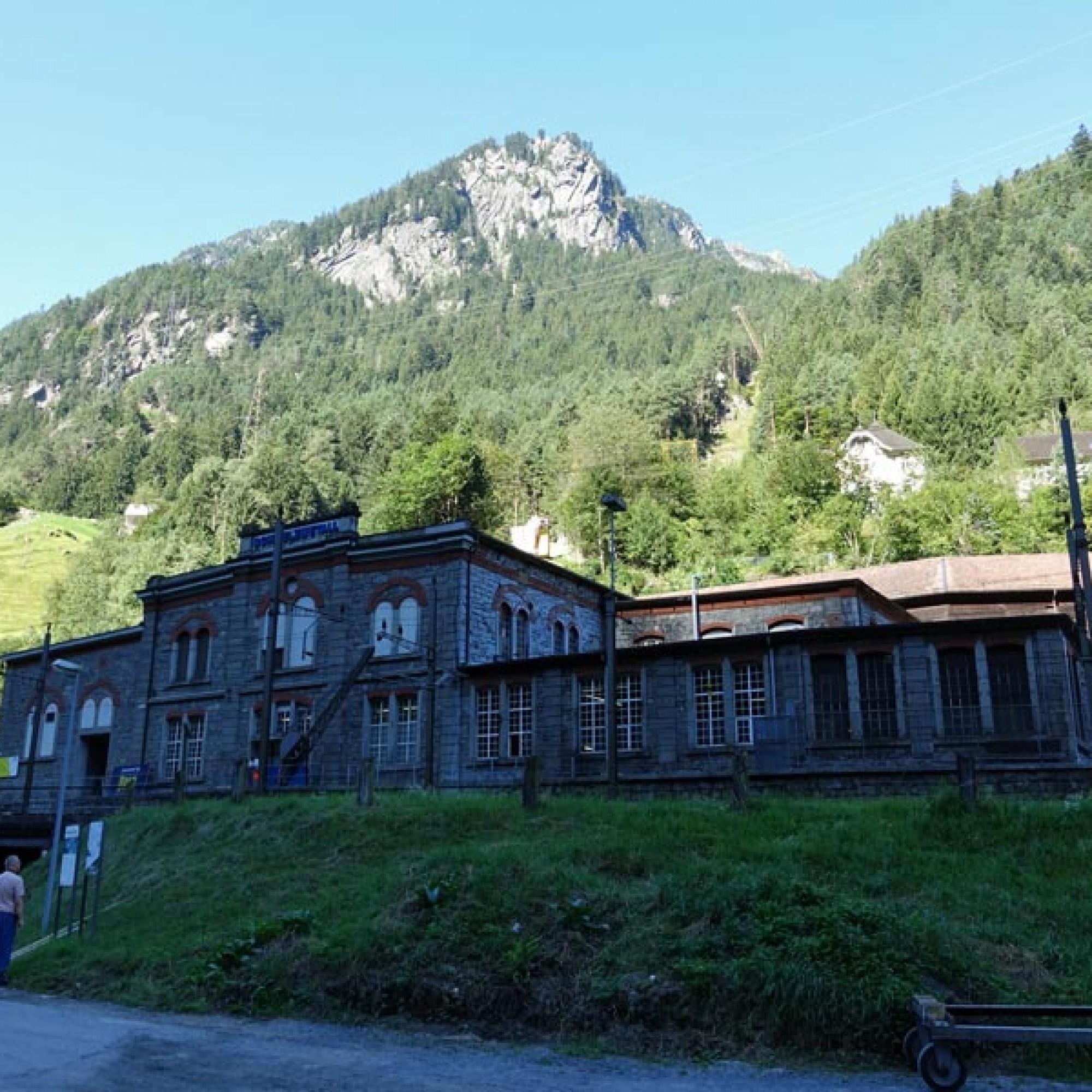 Im historischen Gebäude der ehemaligen Karbidfabrik  werden heute Sonderlegierungen hergestellt. Im Hintergrund das Kraftwerk und das ehemalige Wohnhaus des Fabrikdirektors.