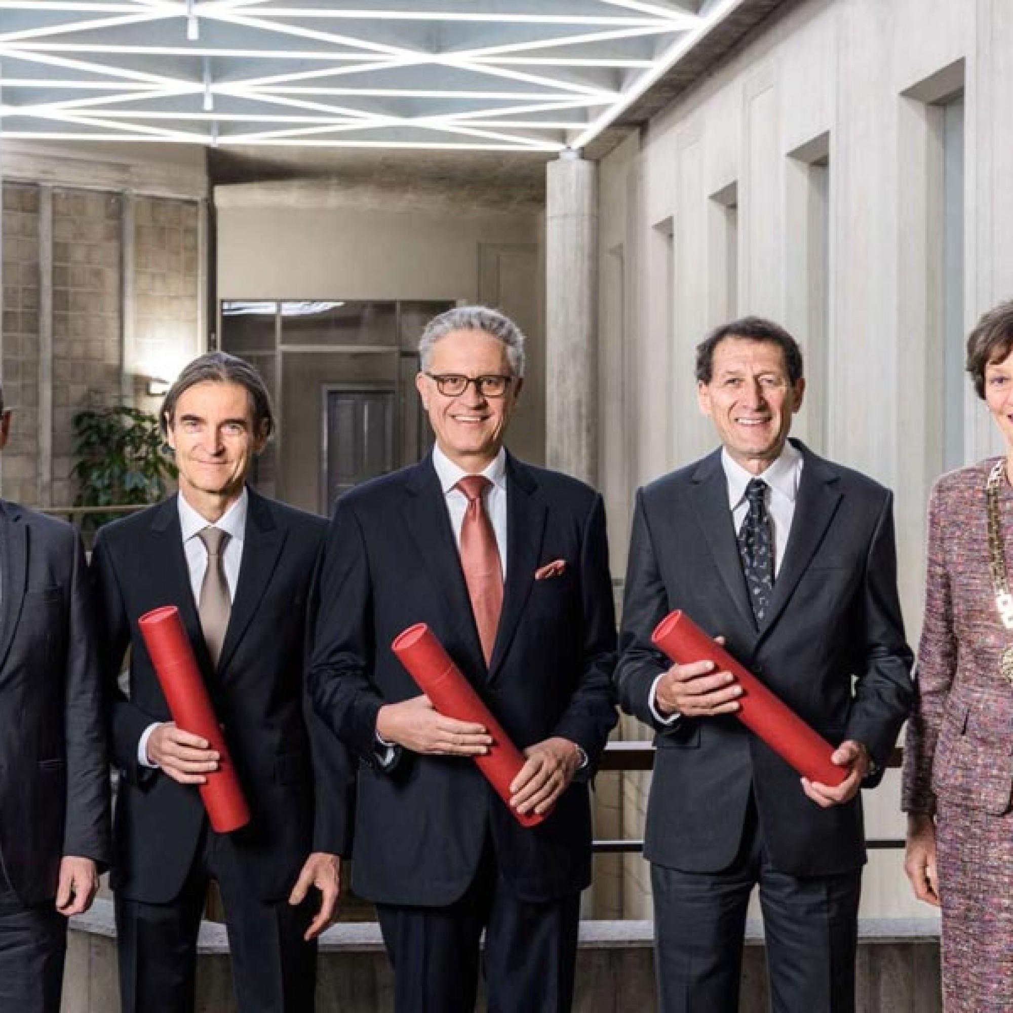 Der Präsident der ETH Zürich, Prof. Dr. Lino Guzzella, Dr. Thomas Knecht, Ehrenrat der ETH Zürich, die beiden neuen Ehrendoktor der ETH Zürich, Prof. Dr. Thomas F. Stocker und Max Ernst Meyer sowie die Rektorin der ETH Zürich, Prof. Dr. Sarah M. Springman