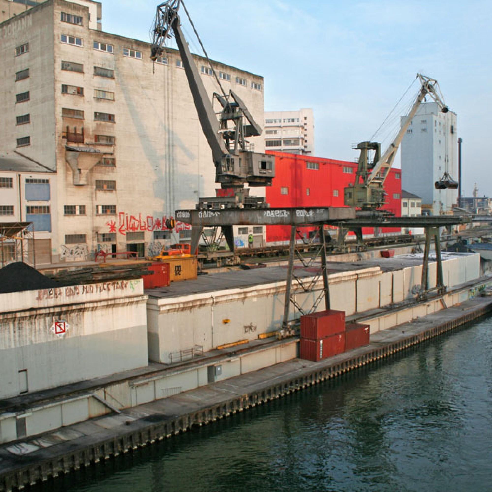 Dieser Kran im Hafen St. Johann soll an den Klybeckquai verschoben werden (zvg)