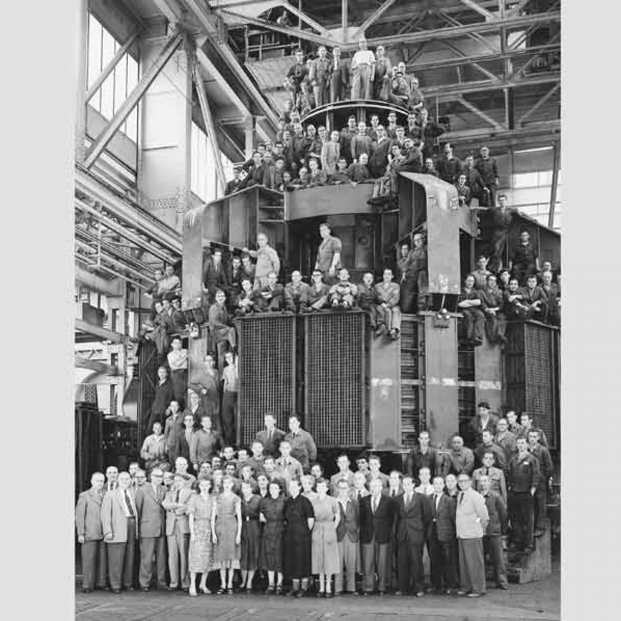 Gruppenfoto um 1952 von Angestellten der ABB mit einem Wasserkraftgenerator für das Nilkraftwerk Assuan. (Archiv-BBC) 1/3