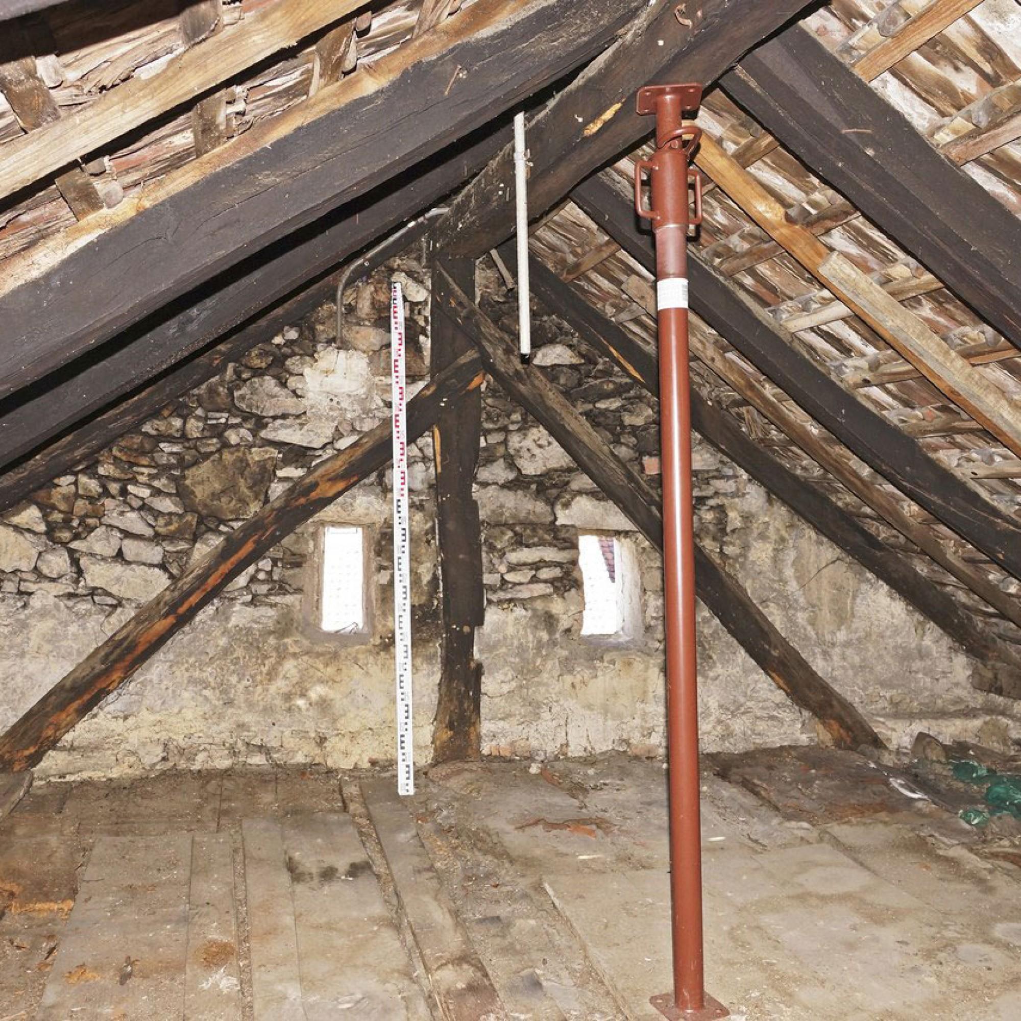 2/2 Das Dachgeschoss von 1418 und die Giebelmauer von 1603. Die geringe Dachneigung lässt auf eine ursprüngliche Deckung mit Brettschindeln schliessen (Archäologie Baselland)