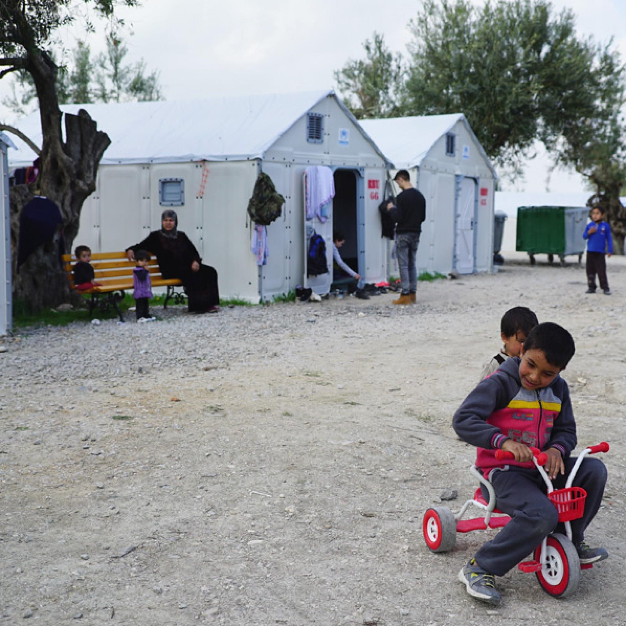 Kinder spielen vor den Notunterkünften auf Lesbos. (bettershelter.org)