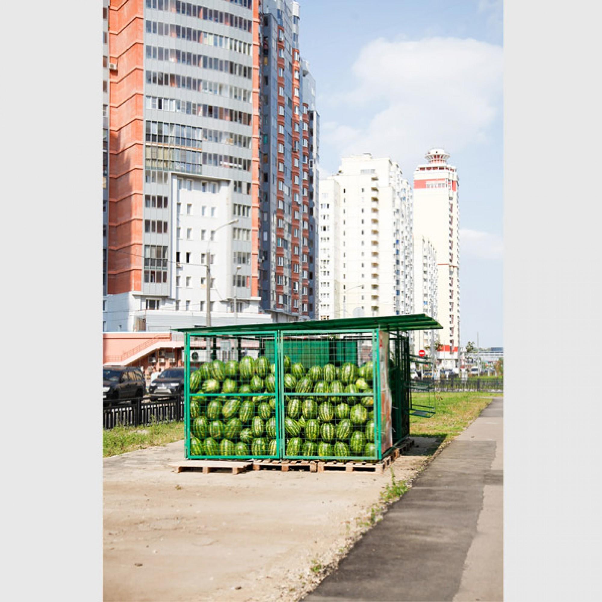 ....ein Melonenlager vor Wohnsilos... (Sandra Ratkovic)