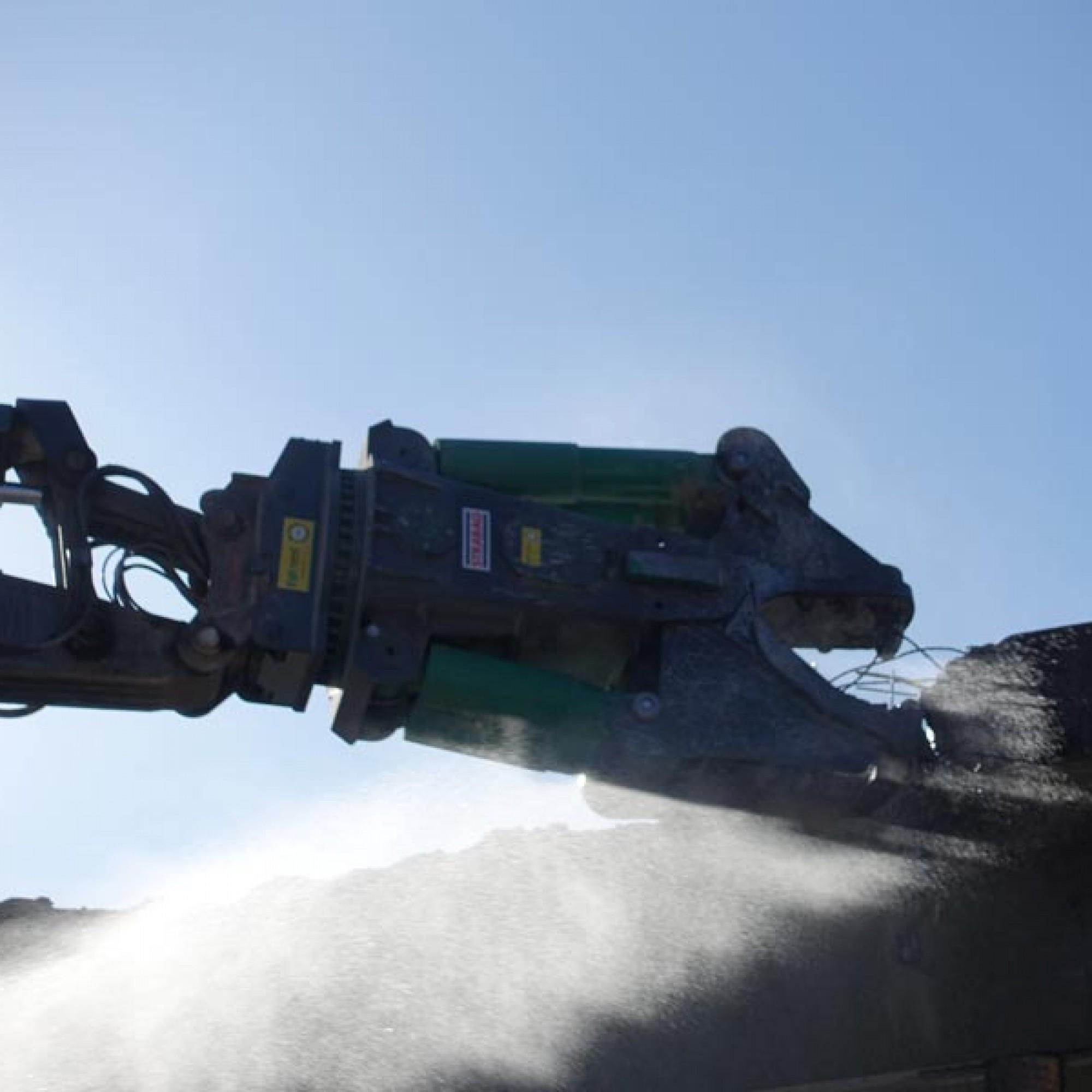Die Stahlarmierung wird regelrecht herausgebissen.