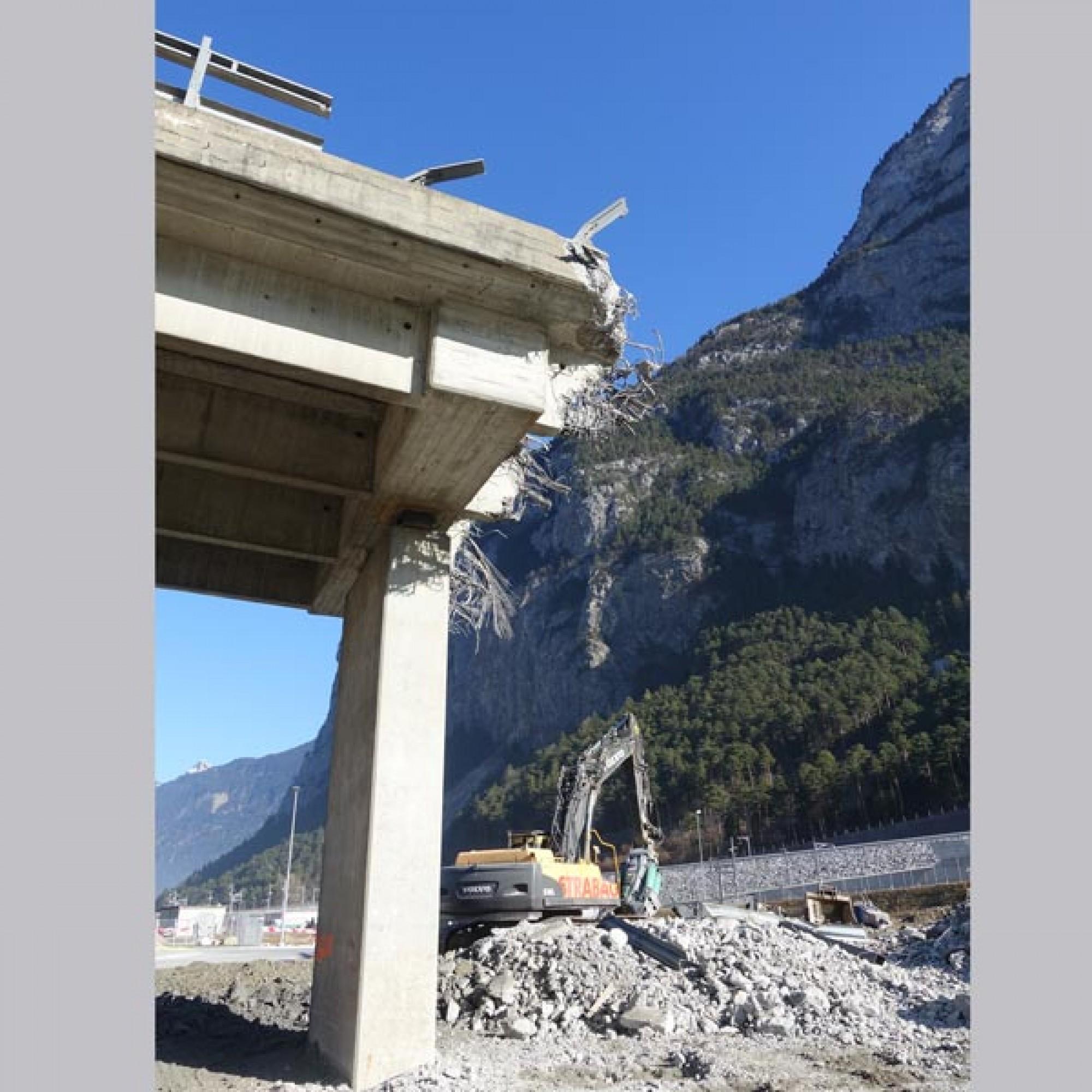 Deutlich ist die dichte Stahlarmierung der Brücke zu erkennen.