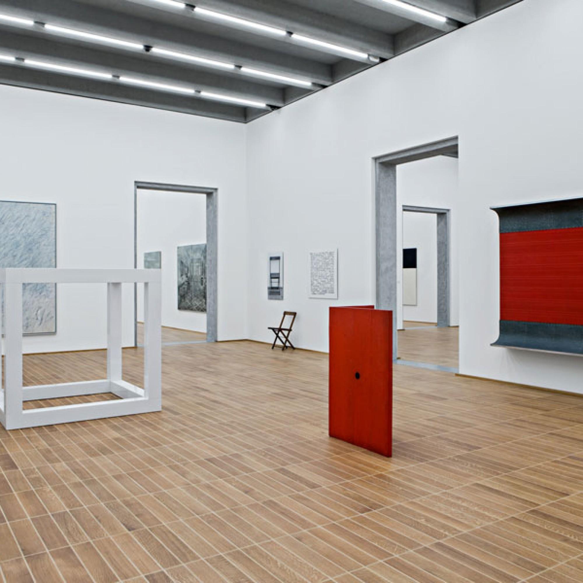 Ausstellung im Kunstmuseums-Erweiterungsbau mit dem umstrittenen Boden (Kunstmuseum Basel, Gina Folly)