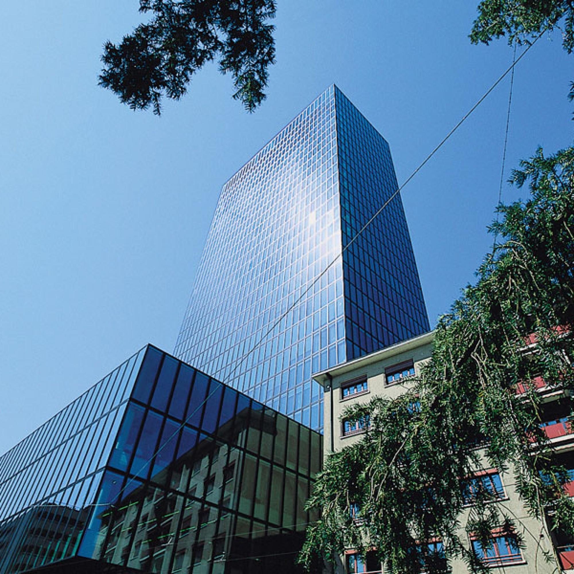 Der bestehende Messeturm in Basel wurde 2003 eröffnet und erreicht eine Höhe von 105 Metern (Messe Basel)