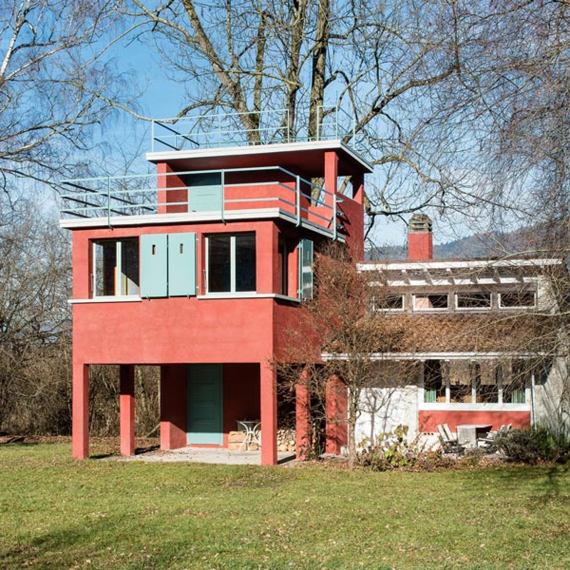 Das Badehaus wurde 1930 vom Thuner Architekt Jacques Wipf erbaut. Karl Müller-Wipf erweiterte das Badehaus 1954 um einen Wohnraum mit Kochgelegenheit, ein charakteristisches, bis ins Detail durchgestaltetes Werk der 1950er-Jahre. Mit dem Anbau, der sich d