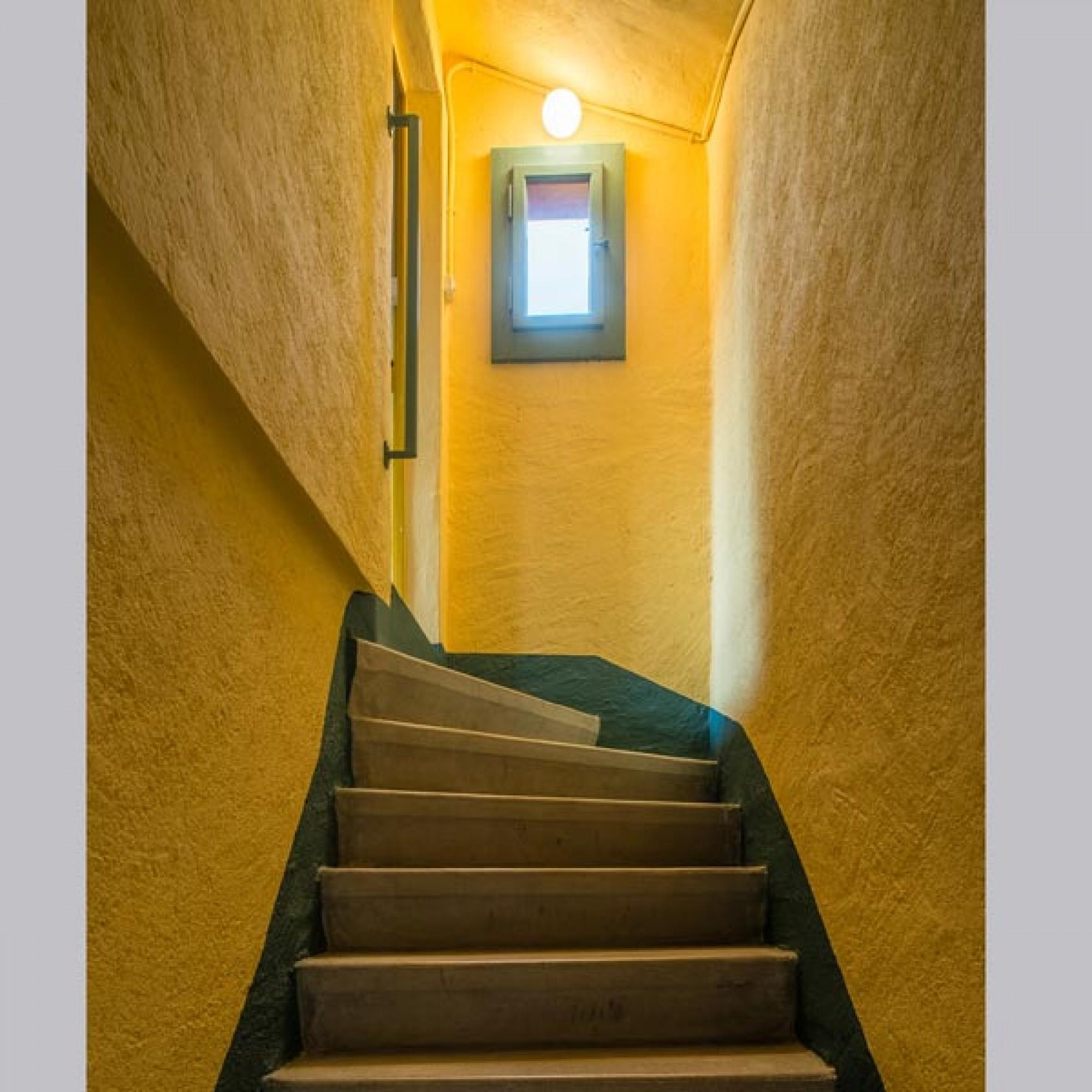 Im Inneren des Badehauses überrascht leuchtendes Gelb. Die Farbanalyse ergab, dass 1930 auch für das Treppenhaus reine Mineralfarbe verwendet wurde.