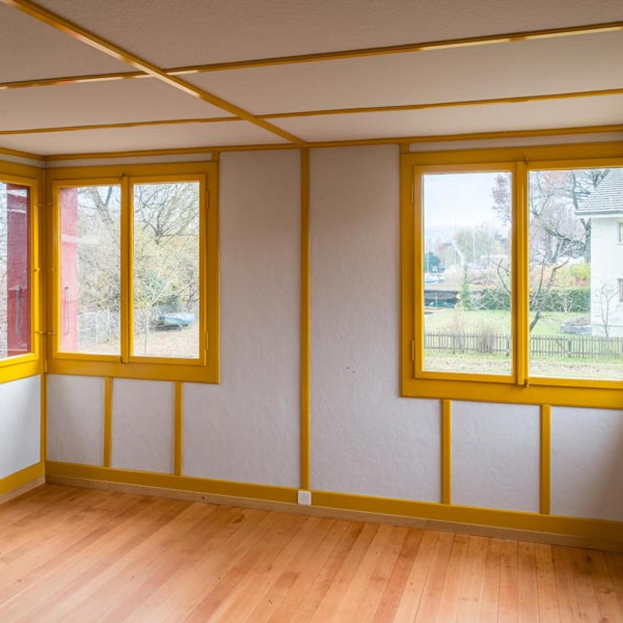 Die originalen Fenster haben zweifarbige Rahmen. Sie sind innen wieder postgelb, aussen blaugrün gestrichen und lassen sich ganz zur Seite klappen.