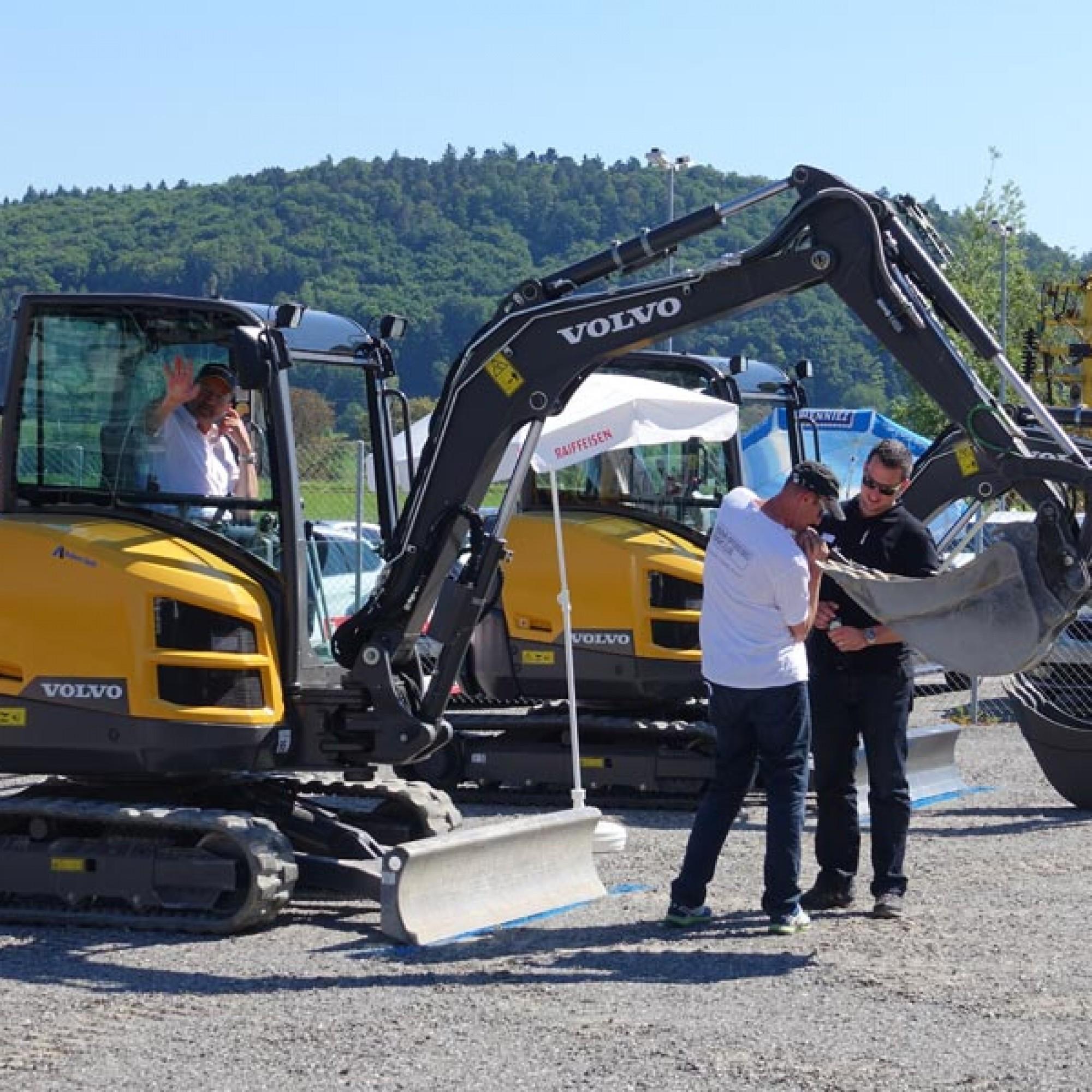 Vorbereitungen für die Wettkämpfe der Volvo Challenge. Die Bagger werden präpariert, an der Schaufel ein kleiner Löffel befestigt. (Alle Fotos: Claudia Bertoldi)