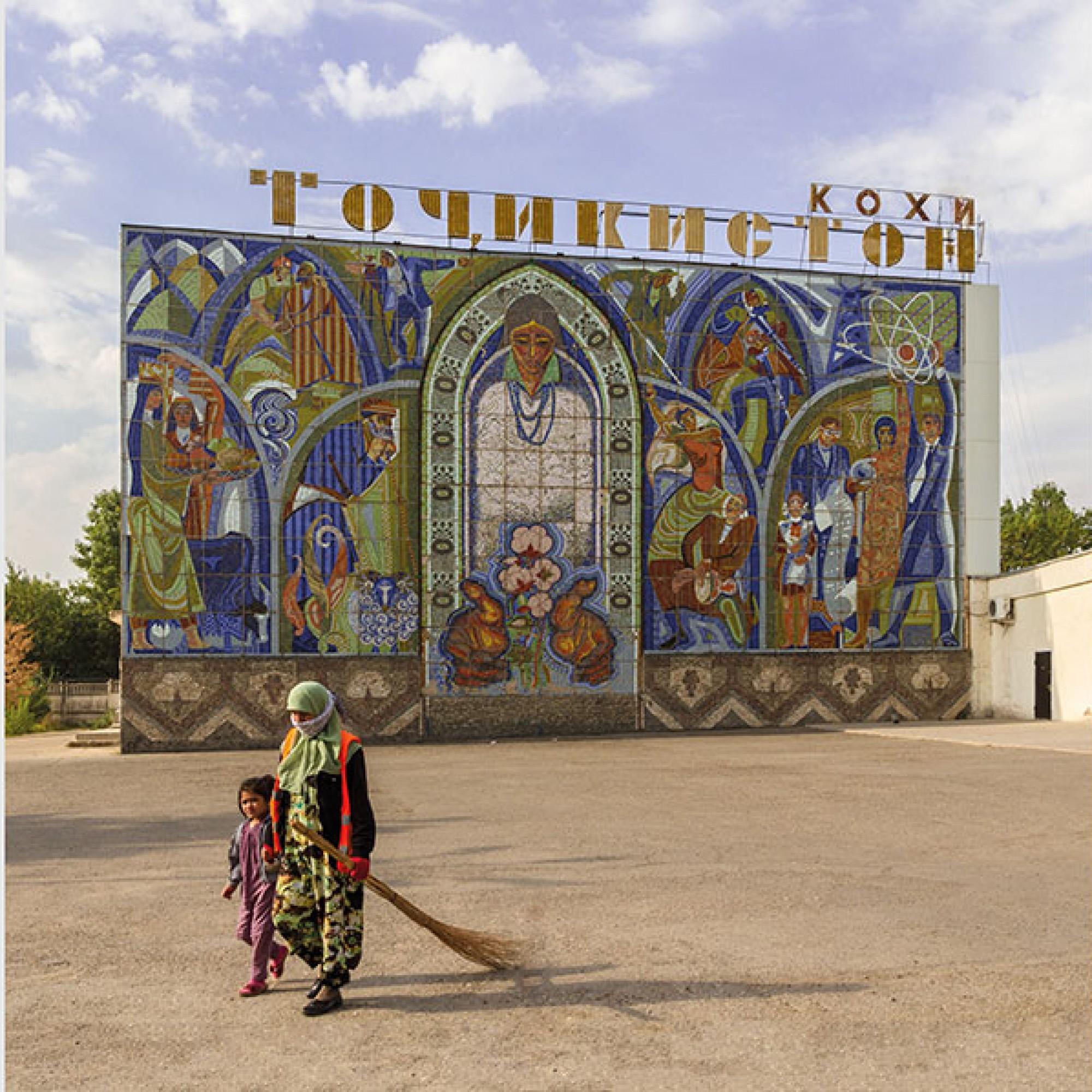 Viele Bauten zeichnen sich durch prächtige Mosaiken aus. Im Bild: Kino Tadschikistan nach einem Entwurf Architekten Suchur Chabbibulajew, Jakow Begimow, Ilja Rachnajjew. Entstehungsjahr unbekannt. (Foto: Edda Schlager)