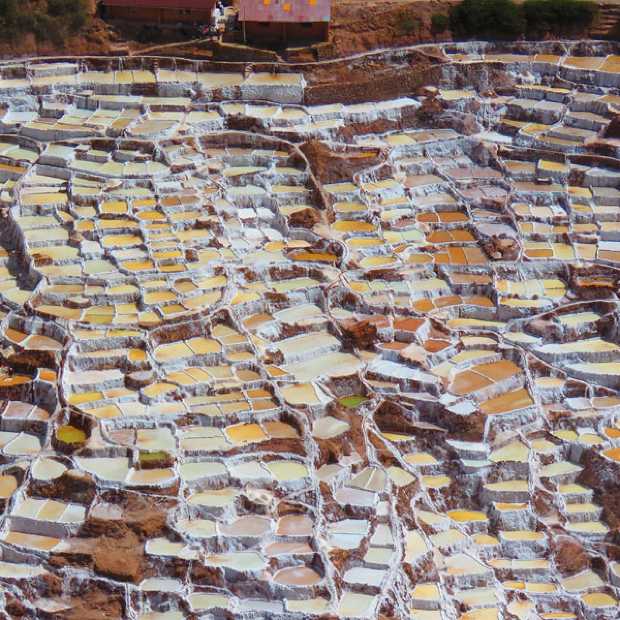Fast wie ein gemaltes Bild: Die Salzfelder in der Luftaufnahme. (Bild: jdbenthien / pixabay.com)