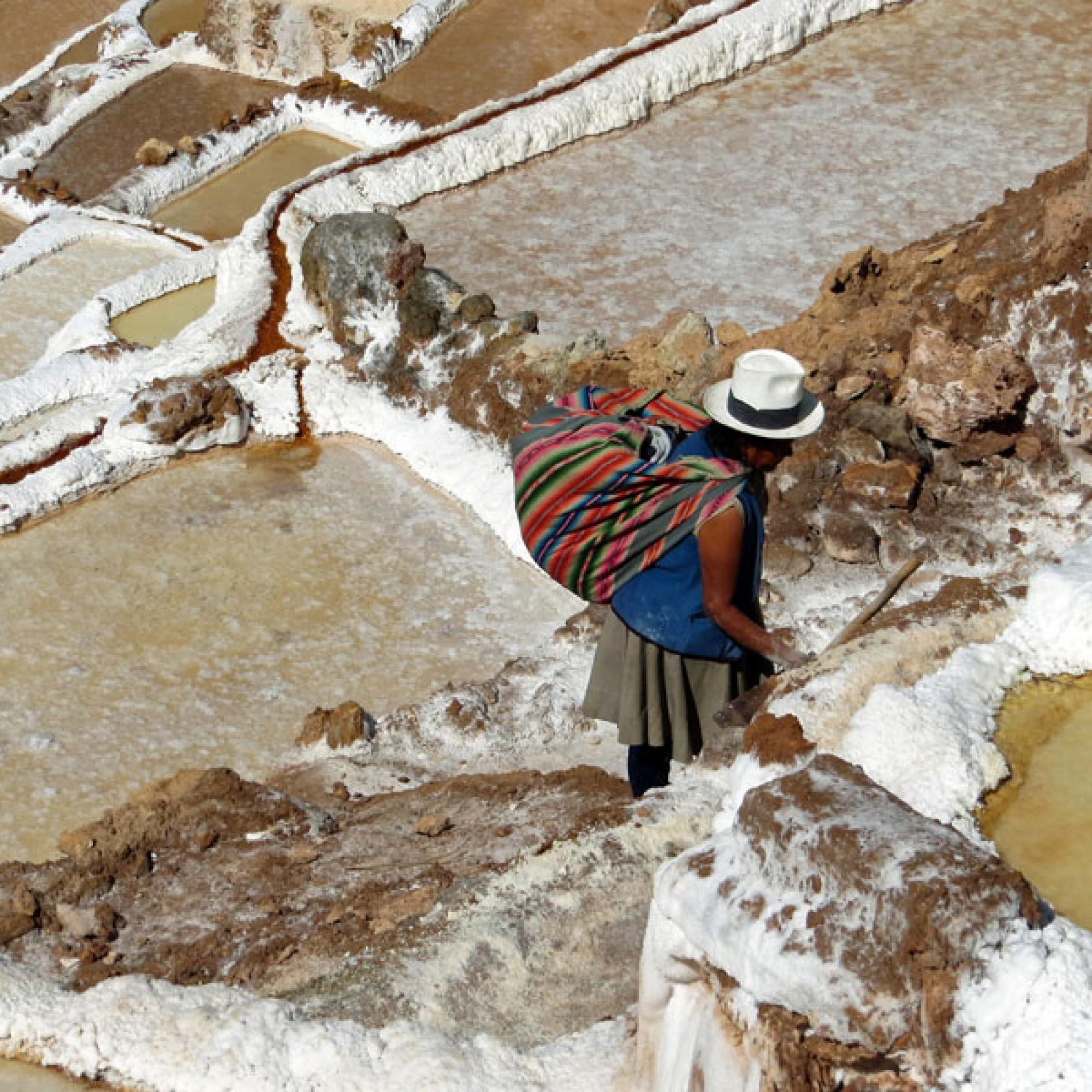 Eine Arbeiterin im Salzfeld. (Bild: Solence C1 / pixabay.com)