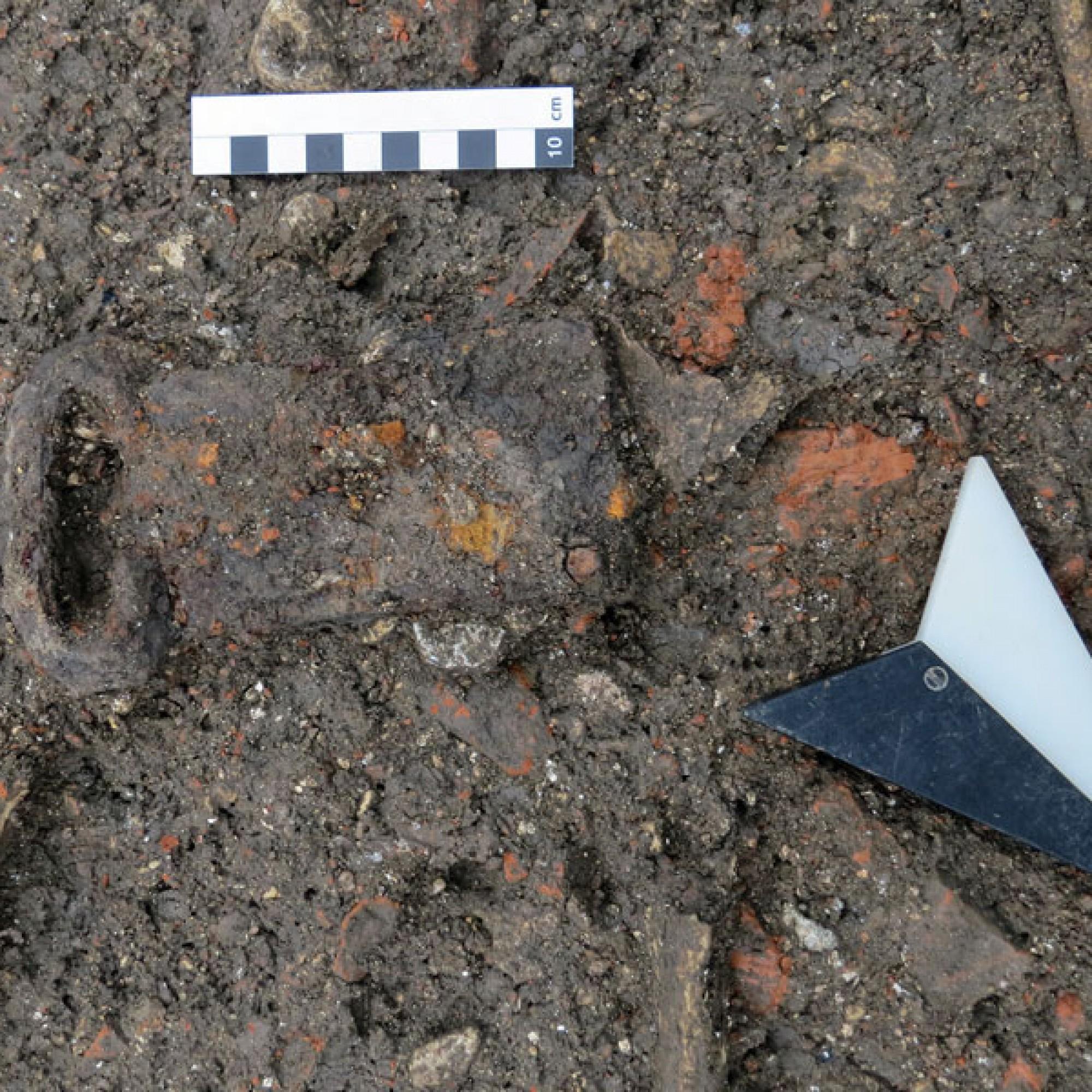 Die gefundene Gurtschnalle im Frauengrab. (Bild: zvg)