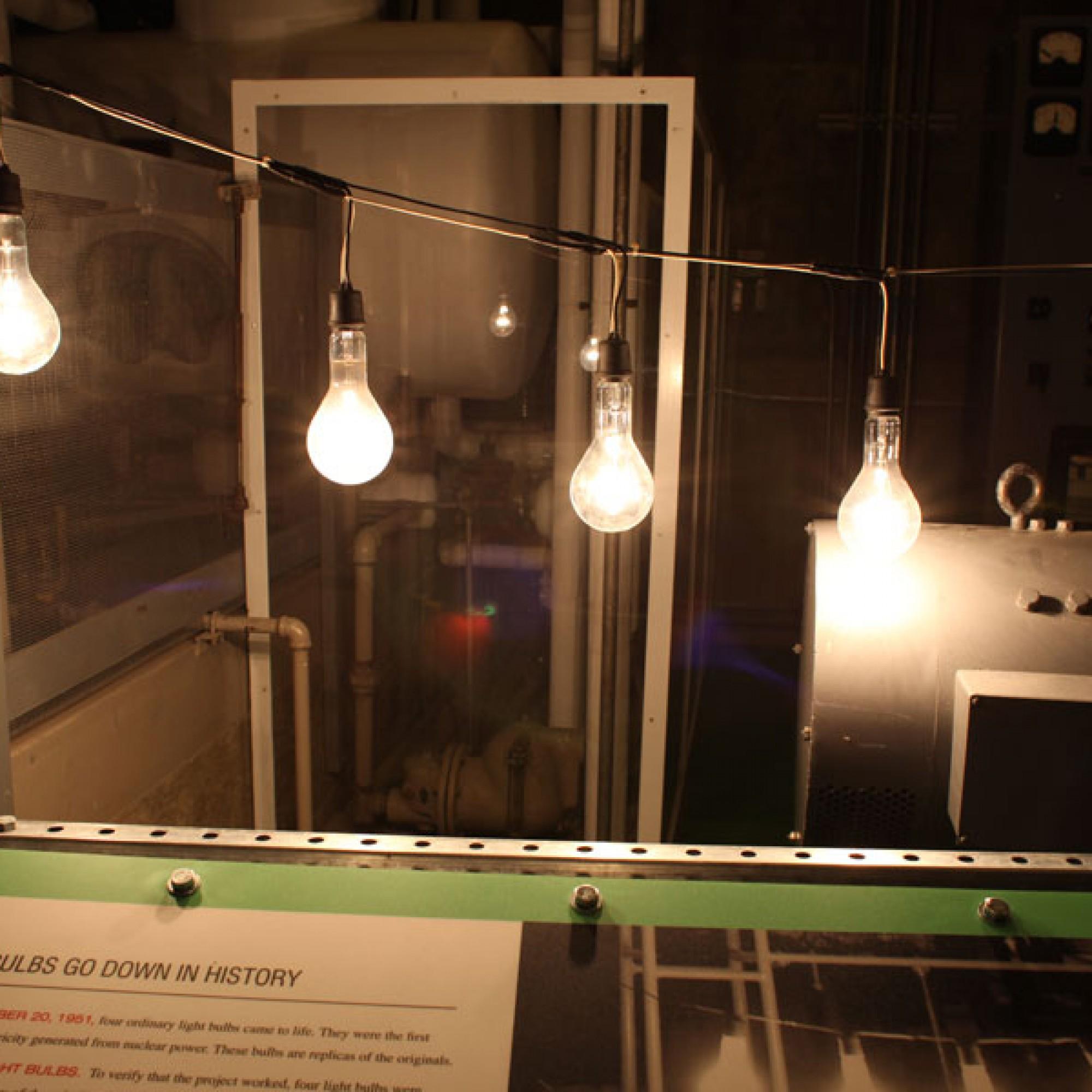 Die vier Glühbirnen, die im Dezember 1951 zu leuchten begannen. (Bild: Kelly Michals flickr CC BY-NC 2.0)