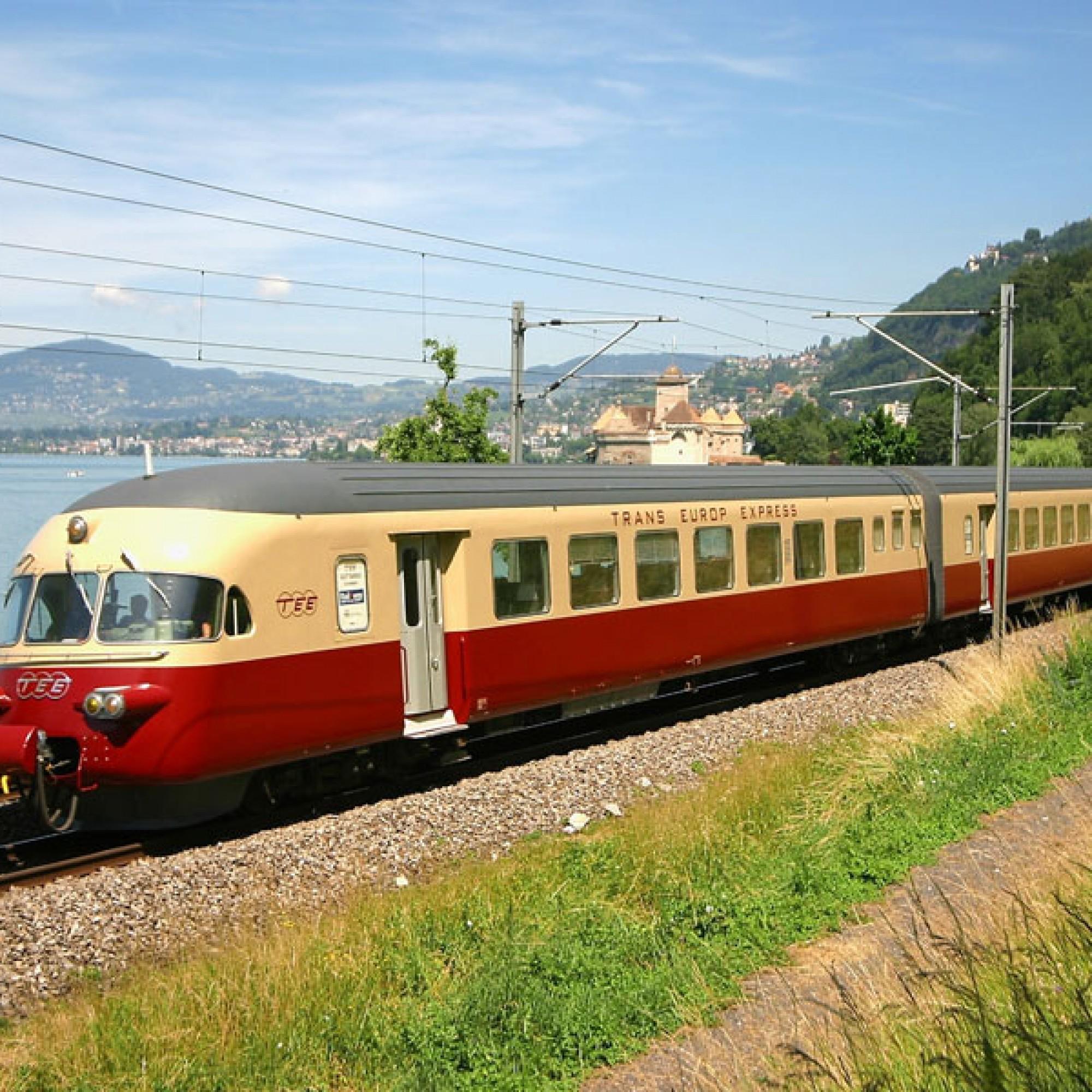 Eine gelb-rote Eisenbahn-Legende aus dem Hause SIG: Der Trans Europa Express TEE, hier vor dem Schloss Chillon am Genfersee.