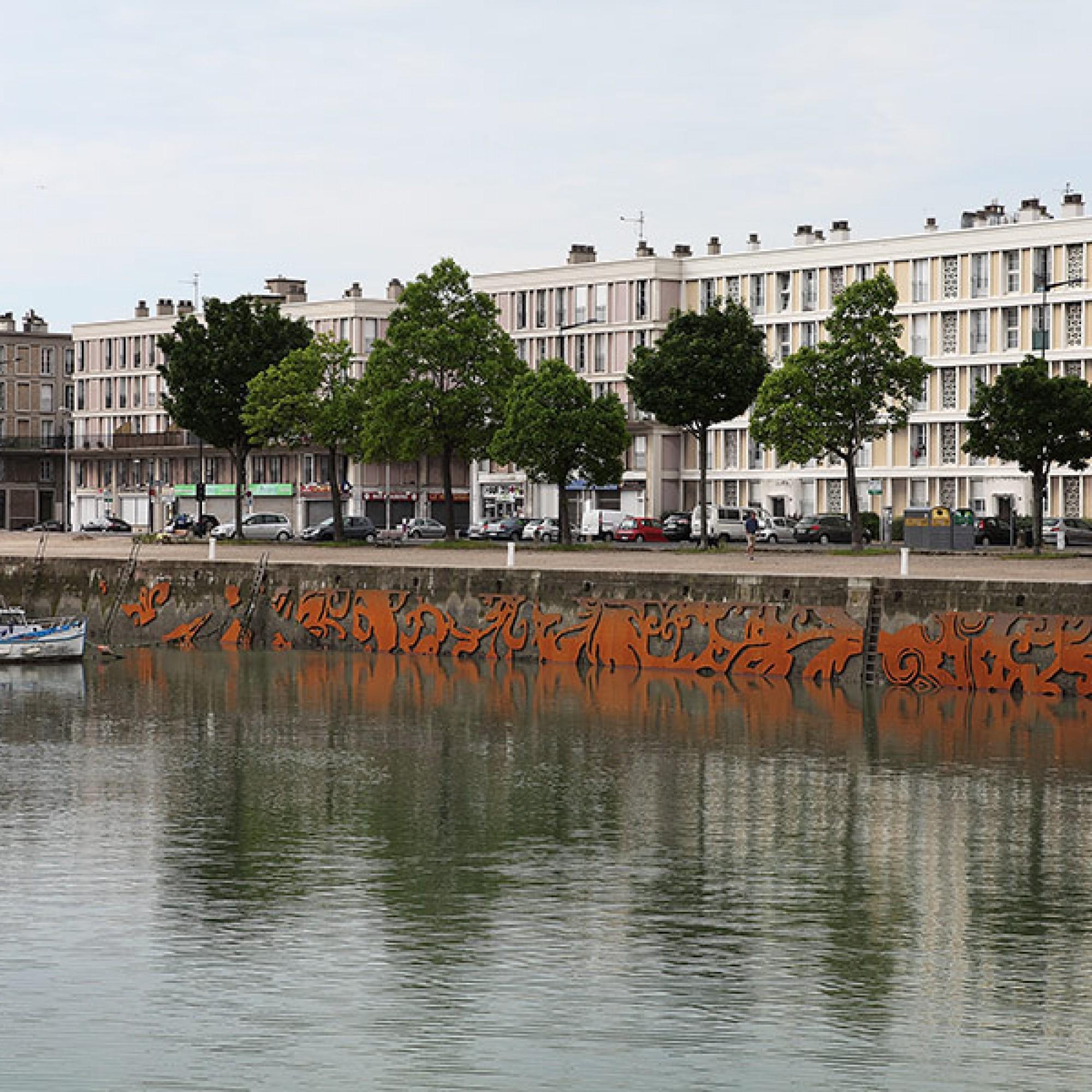 Je nach Lichteinfall und Wetter verschmelzen die Ornamente mit der Umgebung.  (Studio Baptiste Debombourg & Galerie Patricia Dorfmann, Paris)