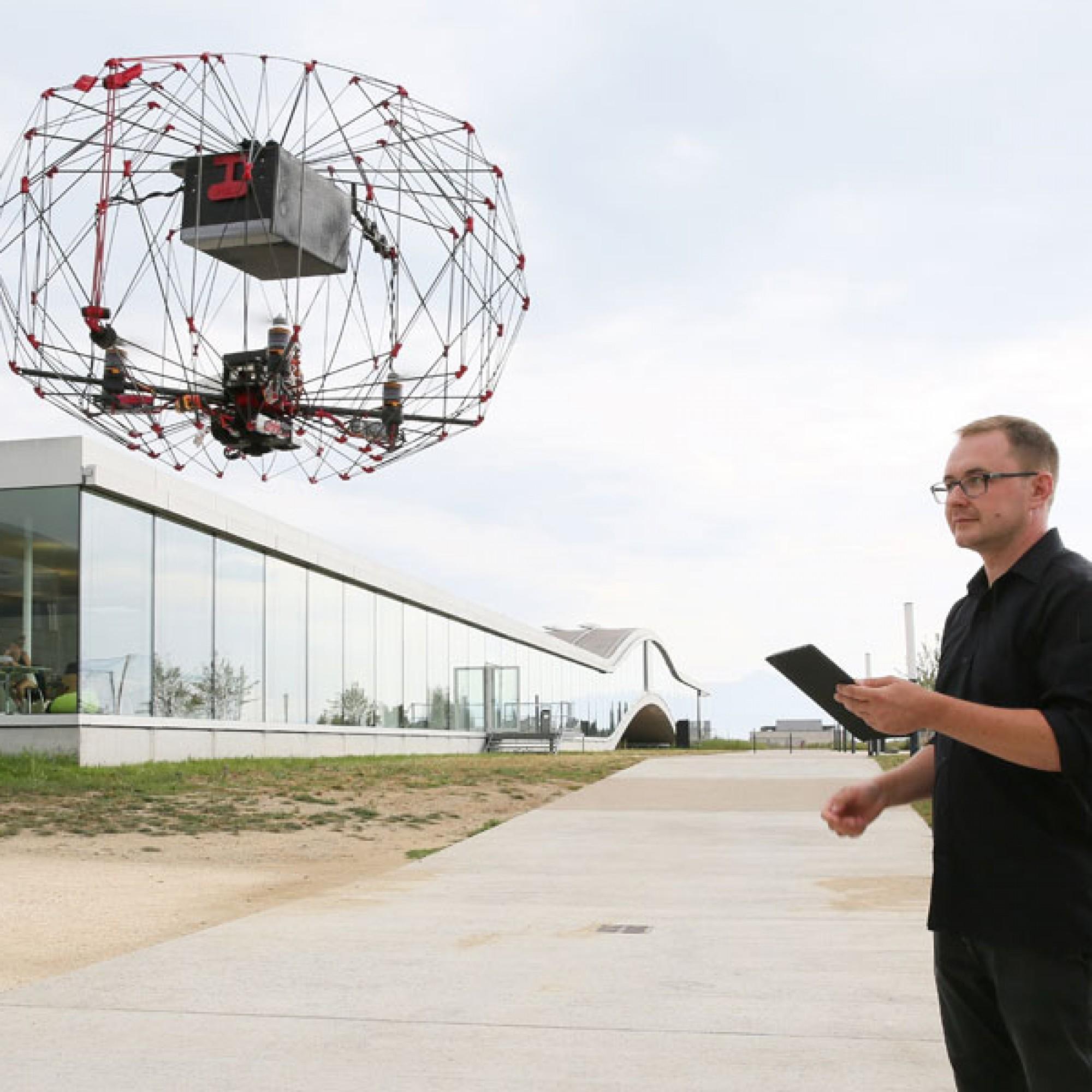 Momentan kann das Flugobjekt Pakete von bis zu 500 Gramm liefern. (Bild: EPFL)
