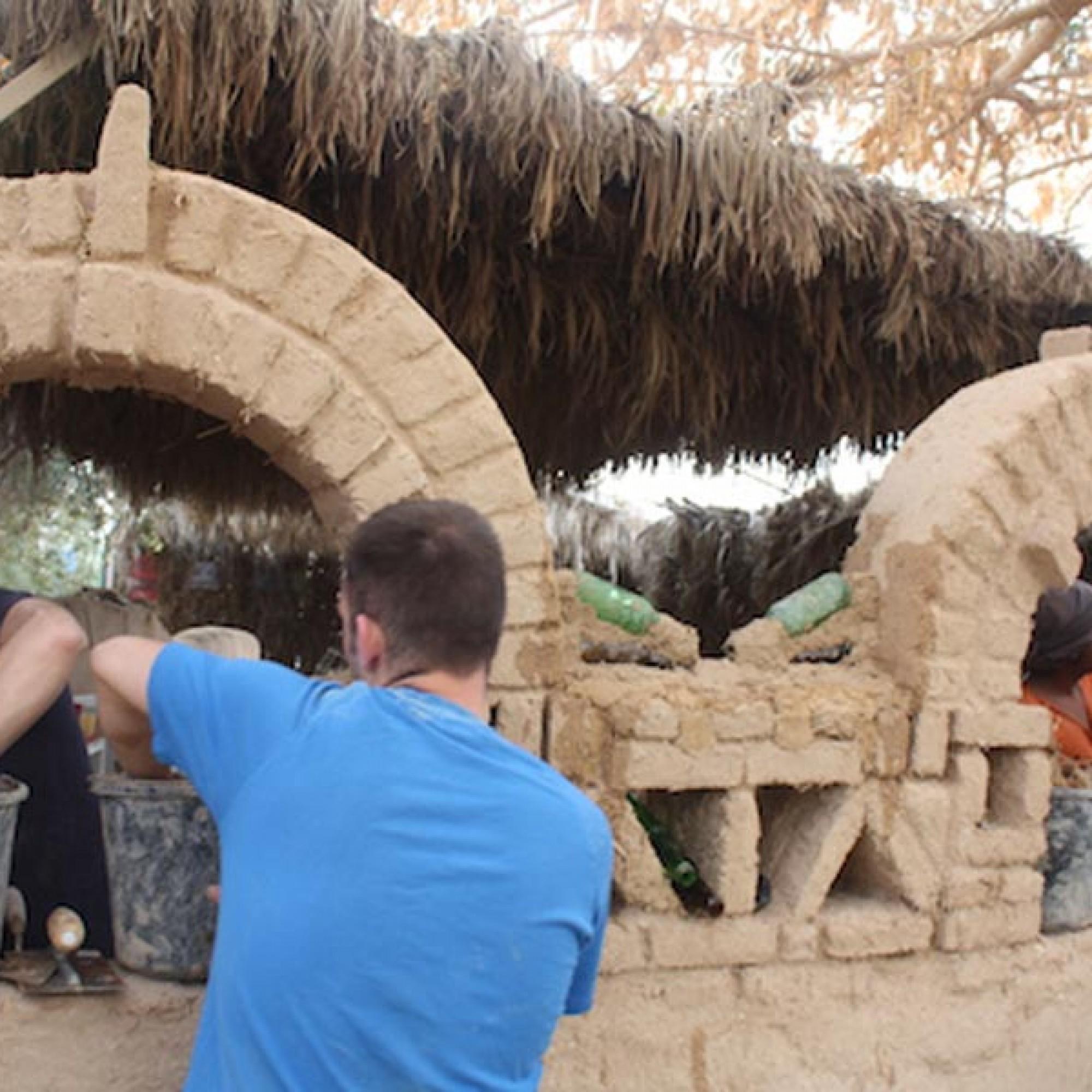 Experten zeigen den Jugendlichen die traditionellen Formen und Techniken. (Bild: zvg)
