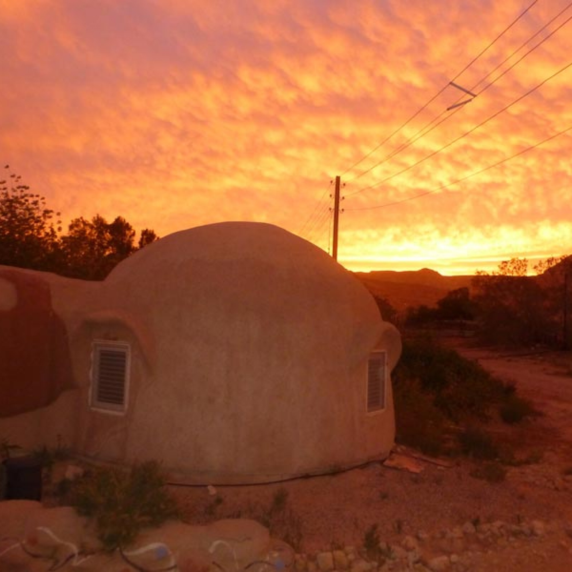 Hausbau mit Sand und Lehm und mithilfe der traditionellen Techniken in der Wüste Israels. (Bild: zvg)