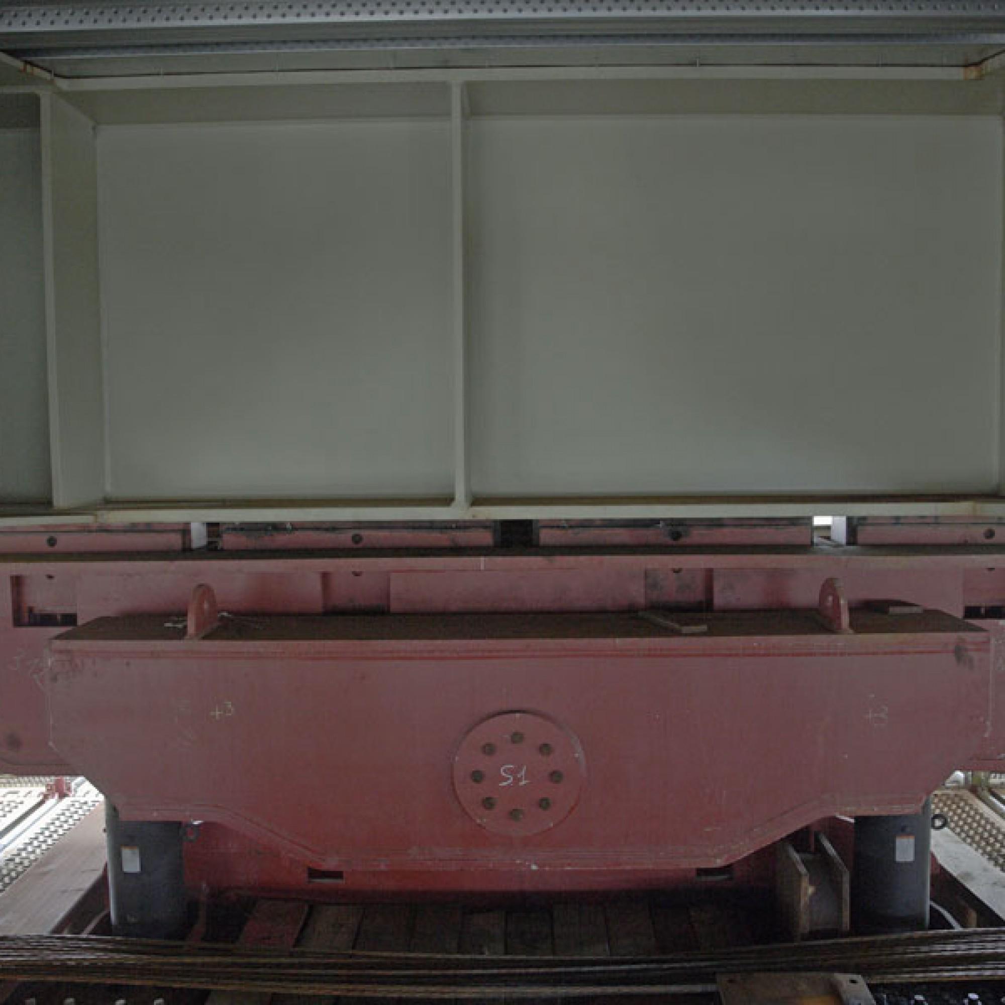 Auf solchen Gleitlagern wird die Konstruktion Stück für Stück über die Gleise geschoben.