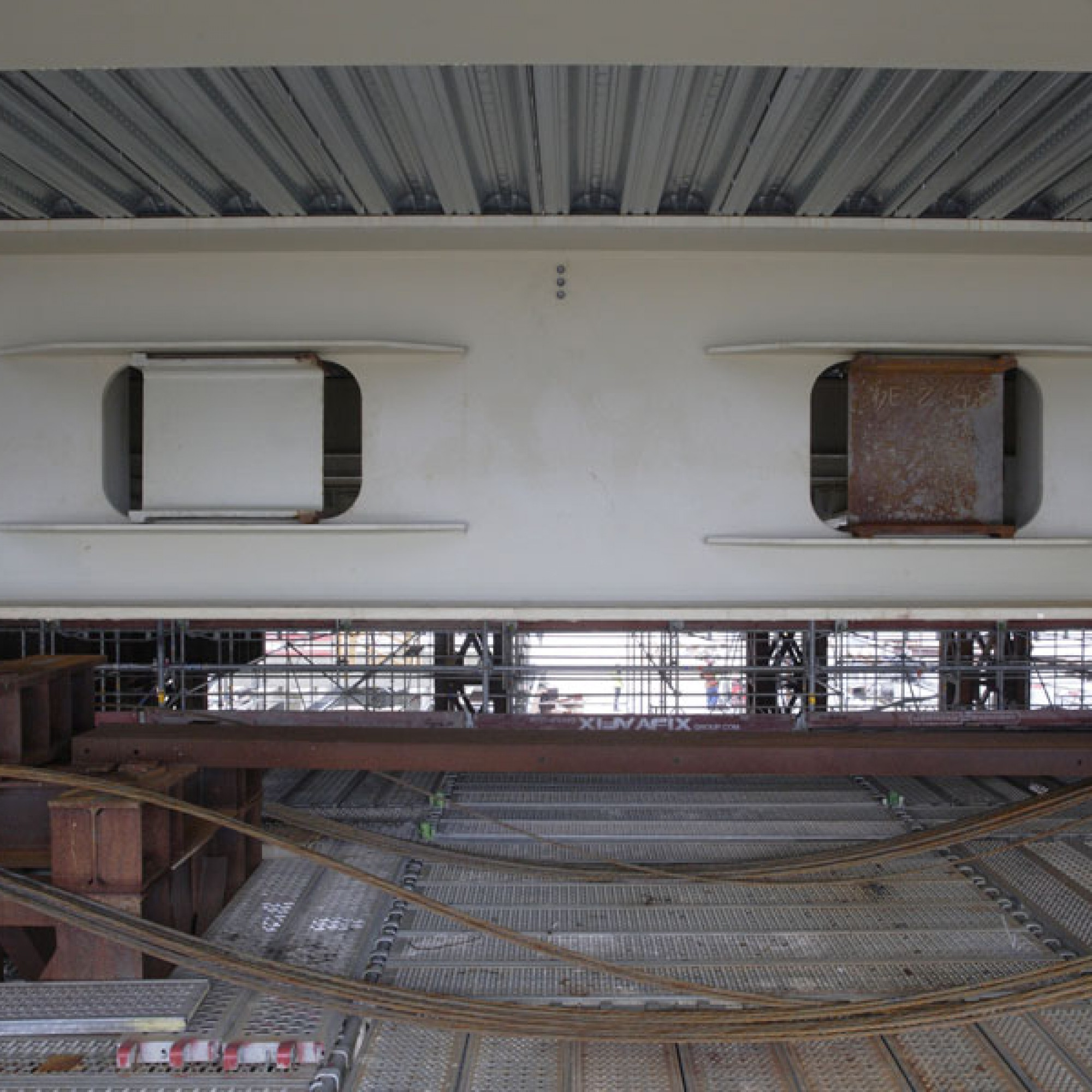 Weil während des Schubvorgangs enorme Querkräfte wirken, mussten Aussparungen in den Profilen temporär geschlossen beziehungsweise ausgesteift werden.