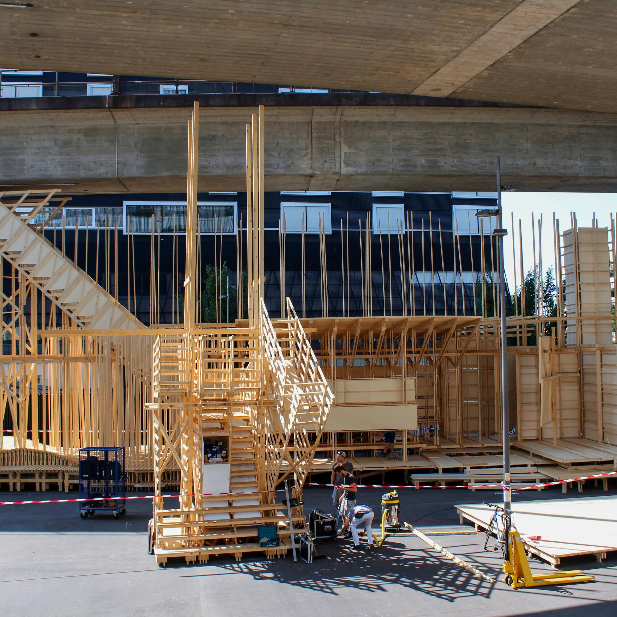Der Mittelteil der rund 50 Meter langen  Holzkonstruktion «House 2» unter dem Viadukt beim Toni-Areal in Zürich.