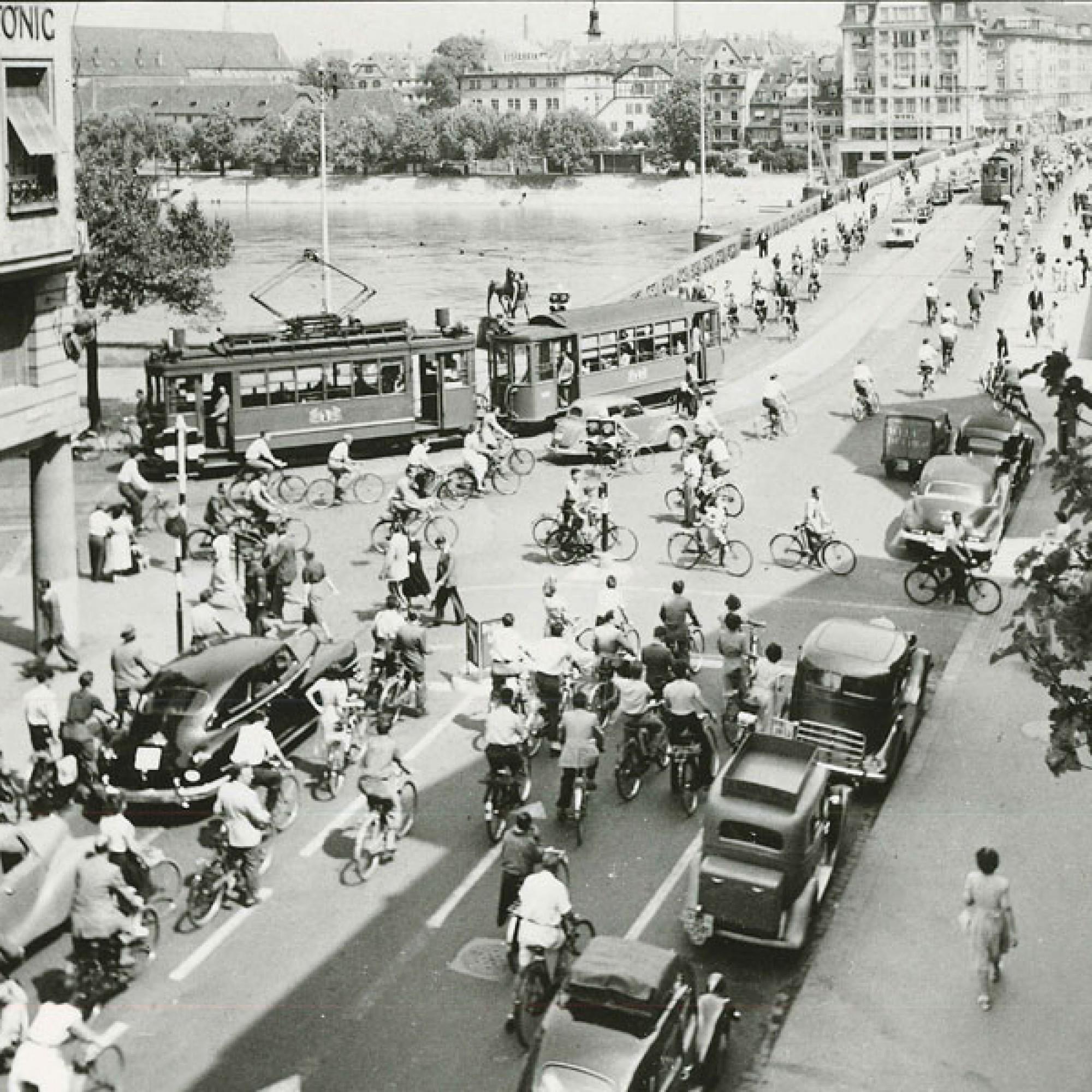 Die erste Lichtsignalanlage in Basel  bei der Schifflände 1950.