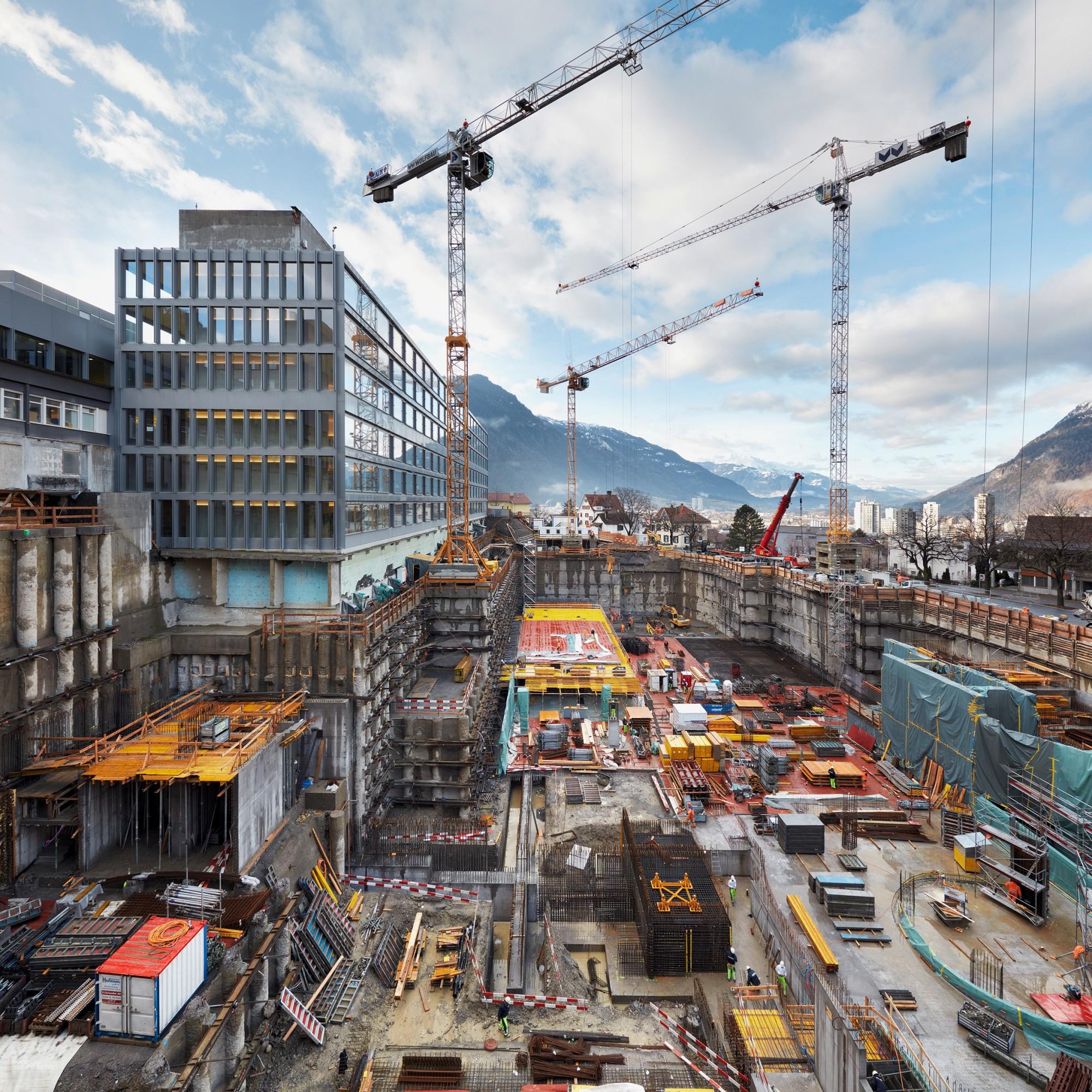 In Chur wächst der 400 Millionen Franken teure, 136 Meter lange und 25 Meter hohe Neubau beim Kantonsspital Graubünden heran.