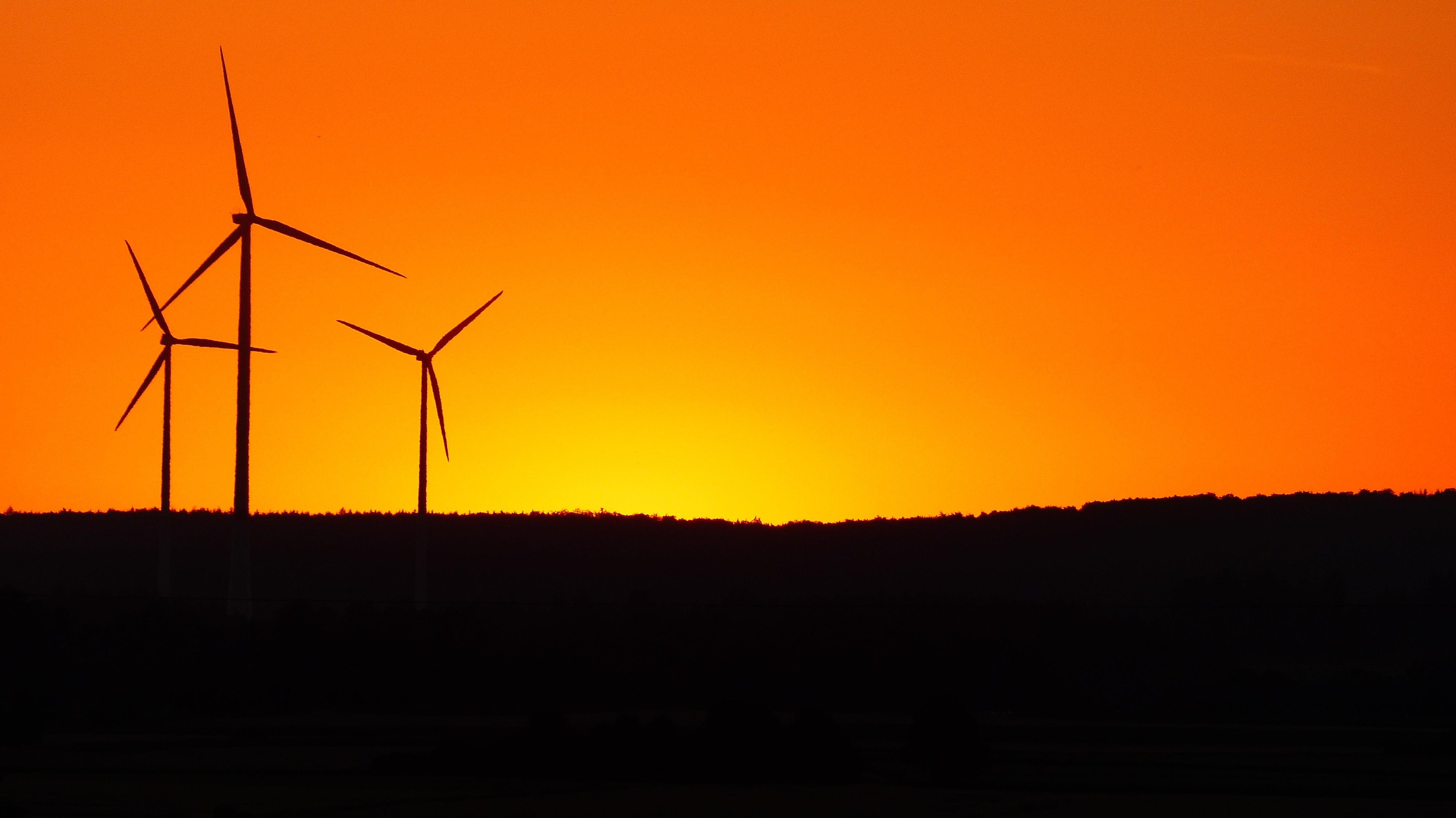 Windräder im Abendrot, Symbolbild.