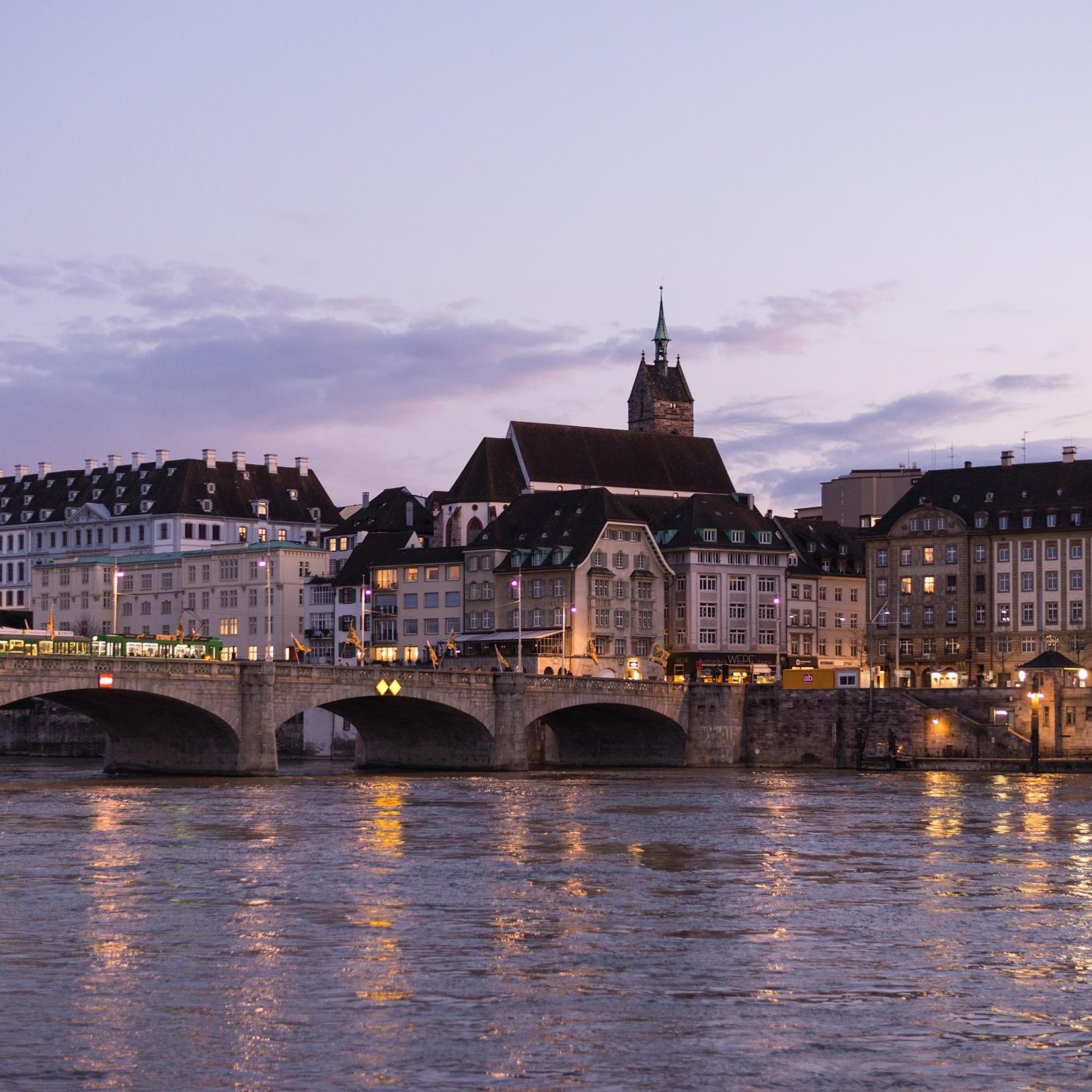Im Zentrum Basels sollen die Verkehrsschilder informativer werden.