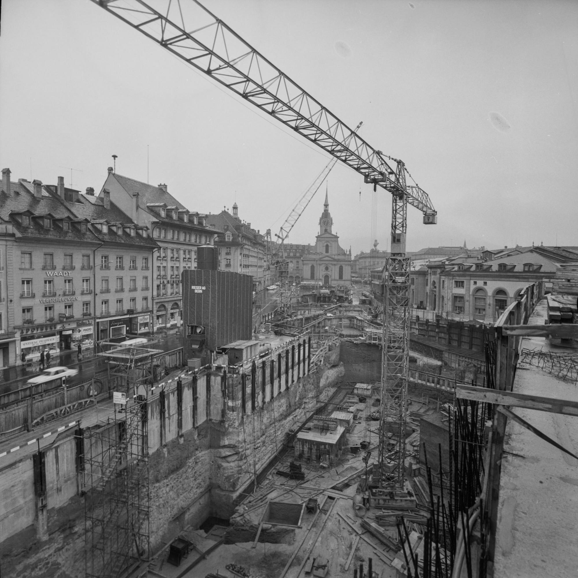 Zwischen 1902 und 1957 veränderte sich der Bahnhof Bern kaum. Bis sich die SBB entschloss einige Probleme zu beheben. Somit fingen im Juni 1957 die Bauarbeiten an, die einen neuen Post-Bahnhof, eine Parkgarage, einen unterirdischen Bahnhof und einen weitl