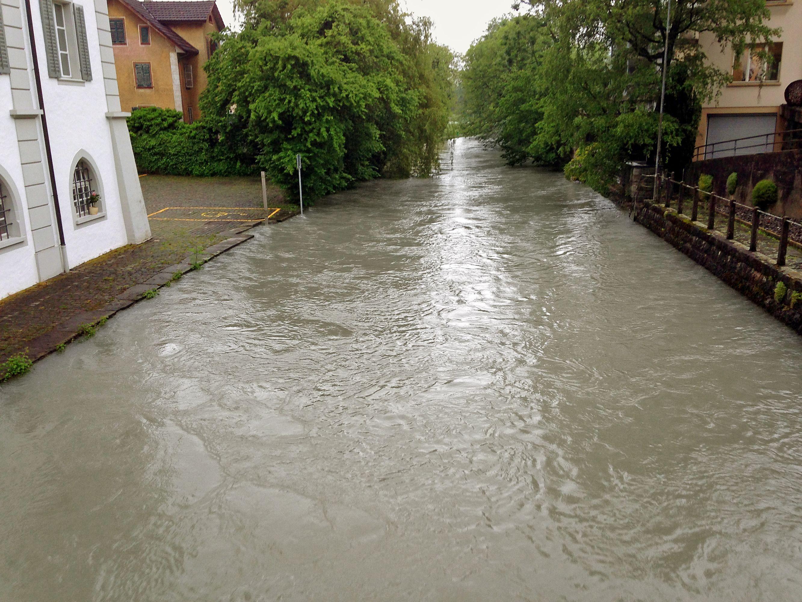 Sarneraa führt Hochwasser