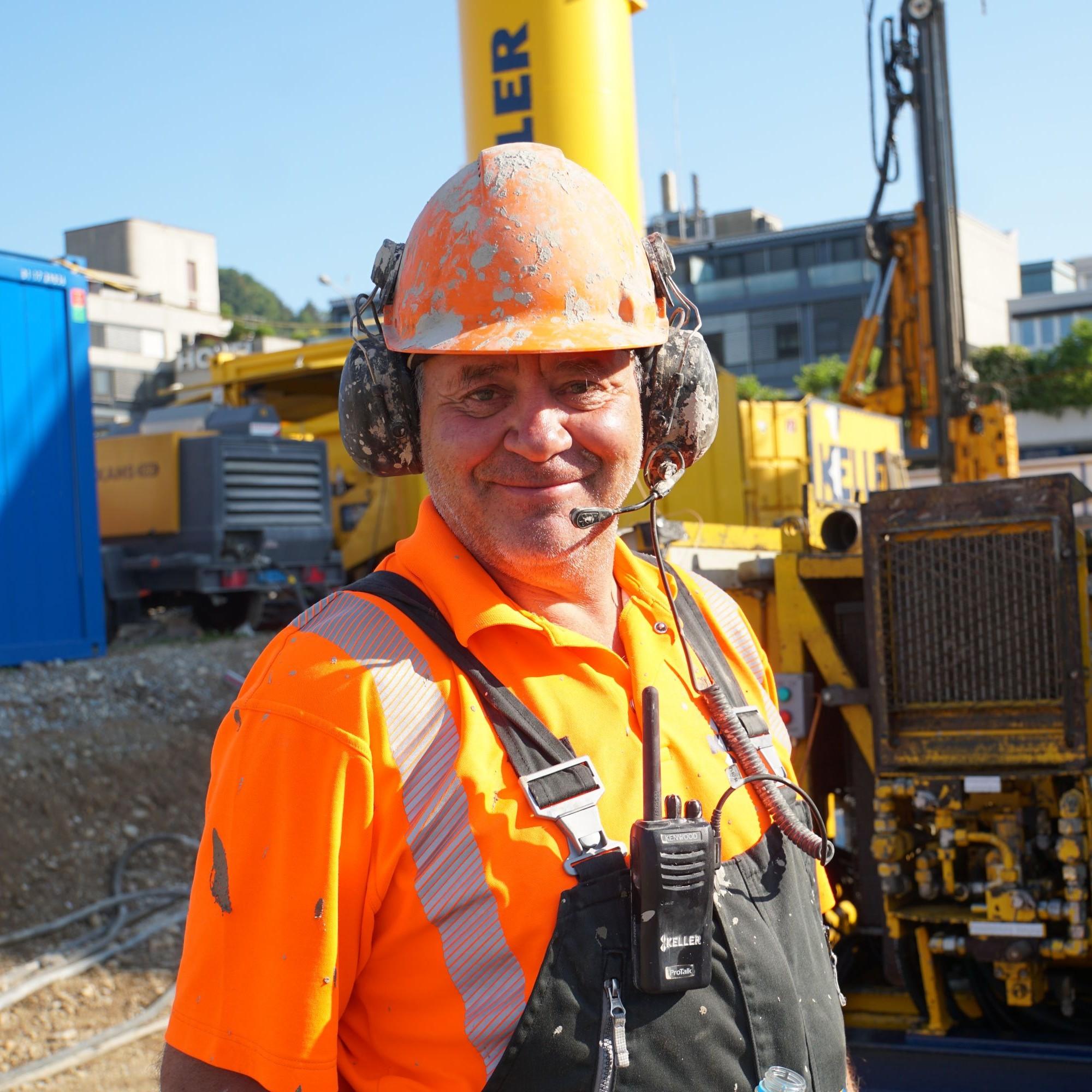 Maschinenführer Gerhard Gruber ist der «Herr des Bohrgeräts» und verfügt über einen eindrücklichen Erfahrungsschatz.