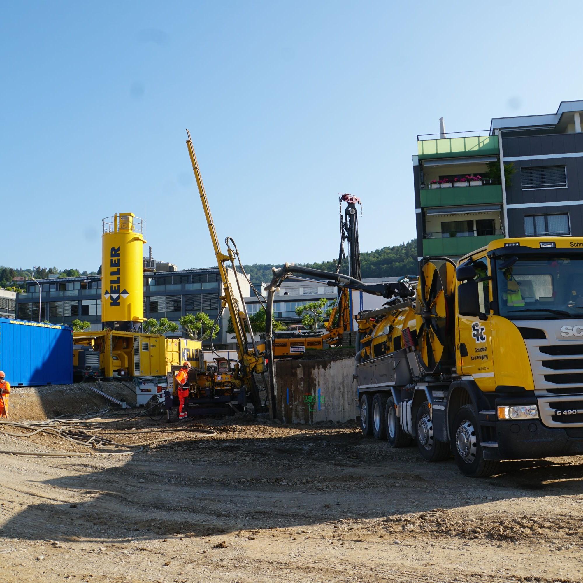 Der Saugwagen zieht das anfallende Wasser-Boden-Zementgemisch aus dem Umfeld der Bohrlöcher ab.