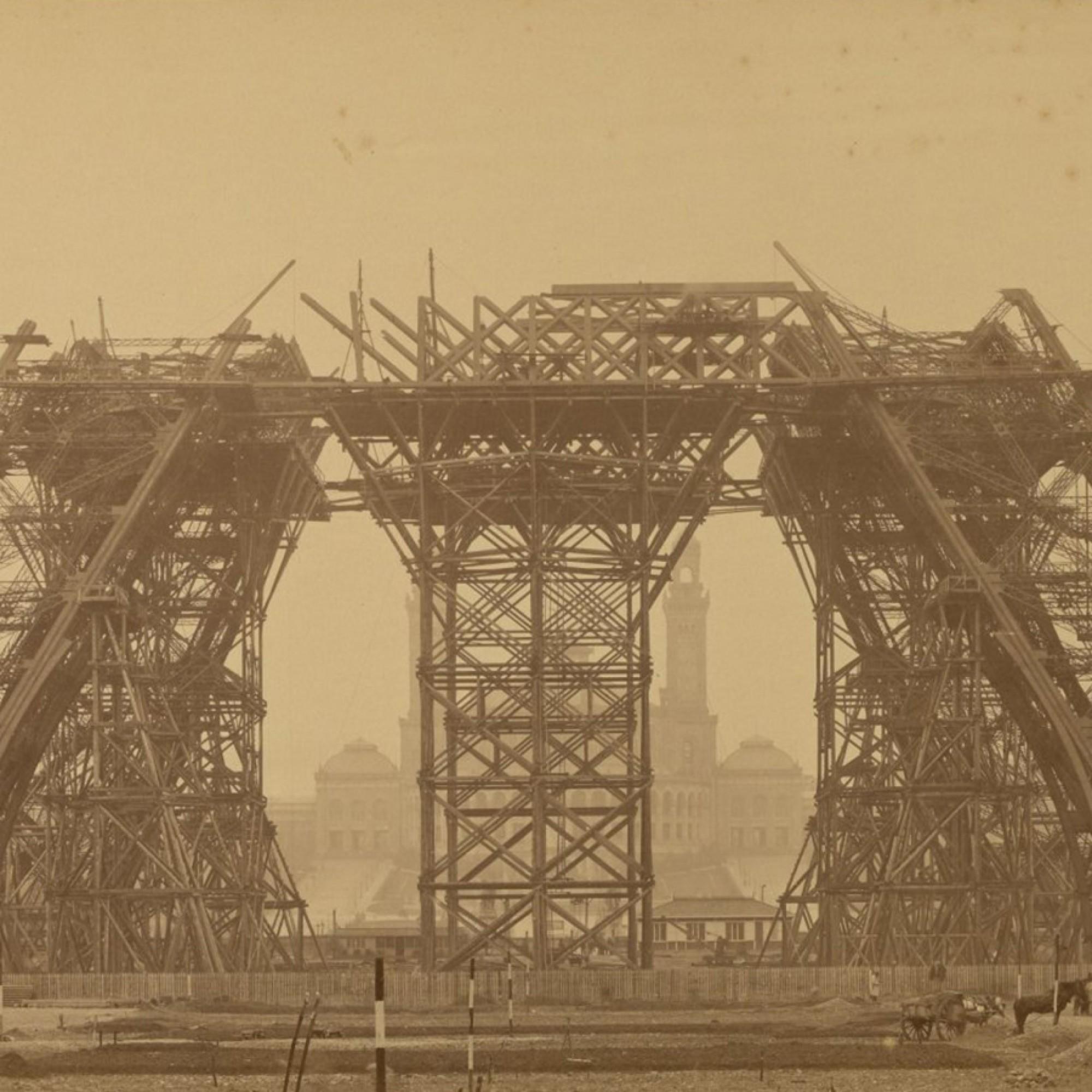 Ein Bild von Louis-Émile Durandelle: Es zeigt den Bau des Eiffelturms im Januar 1888. In dieser Aufnahme erreichte der Turm gerade seine erste Ebene.
