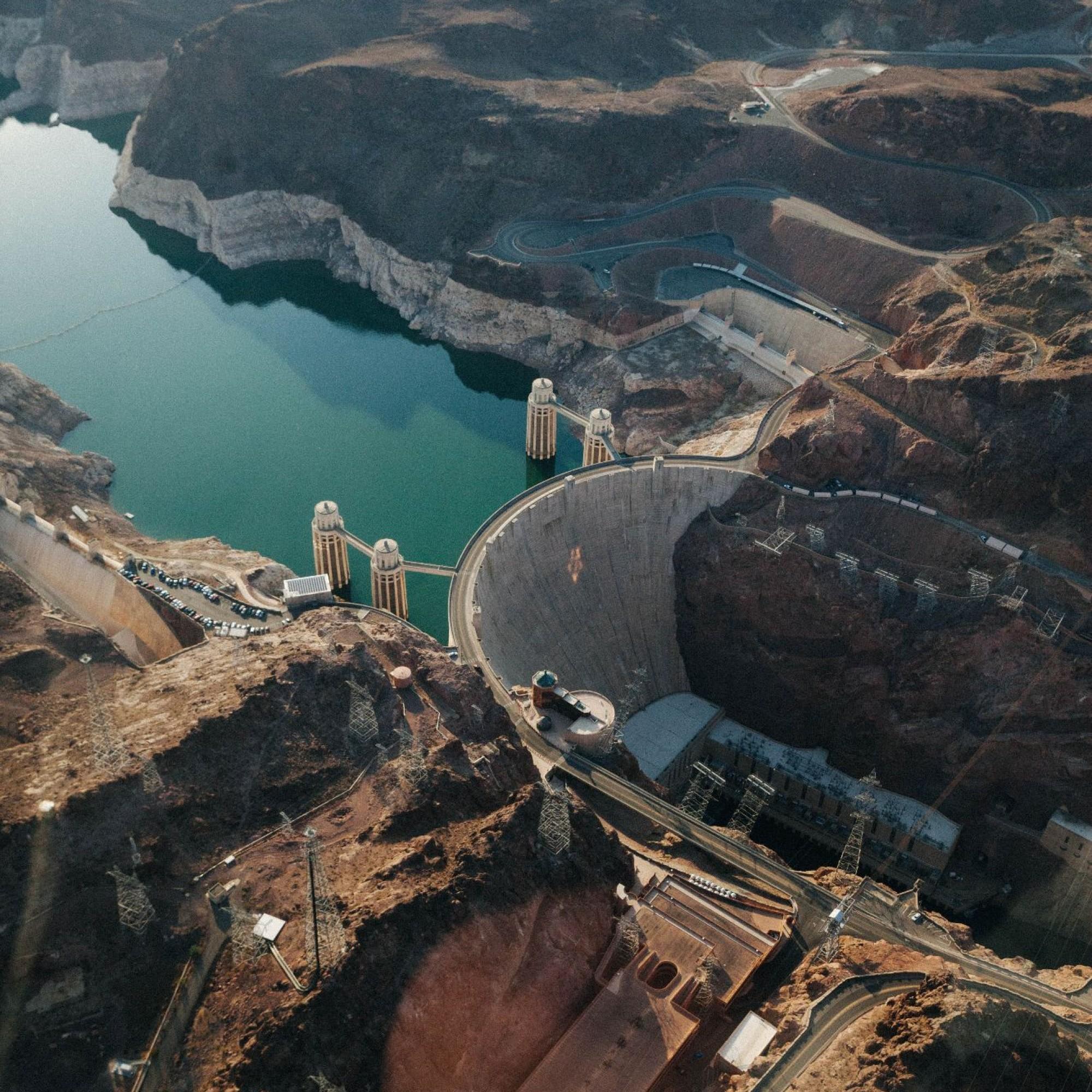 Und so sieht der heutige Damm aus. Gebaut wurde er ursprünglich, um die Wasserabgabe in Arizona, Nevada und Kalifornien zu kontrollieren und weitere Überschwemmungen des Colorado in den Südweststaaten zu verhindern. Zusätzlich wird mit der Talsperre noch