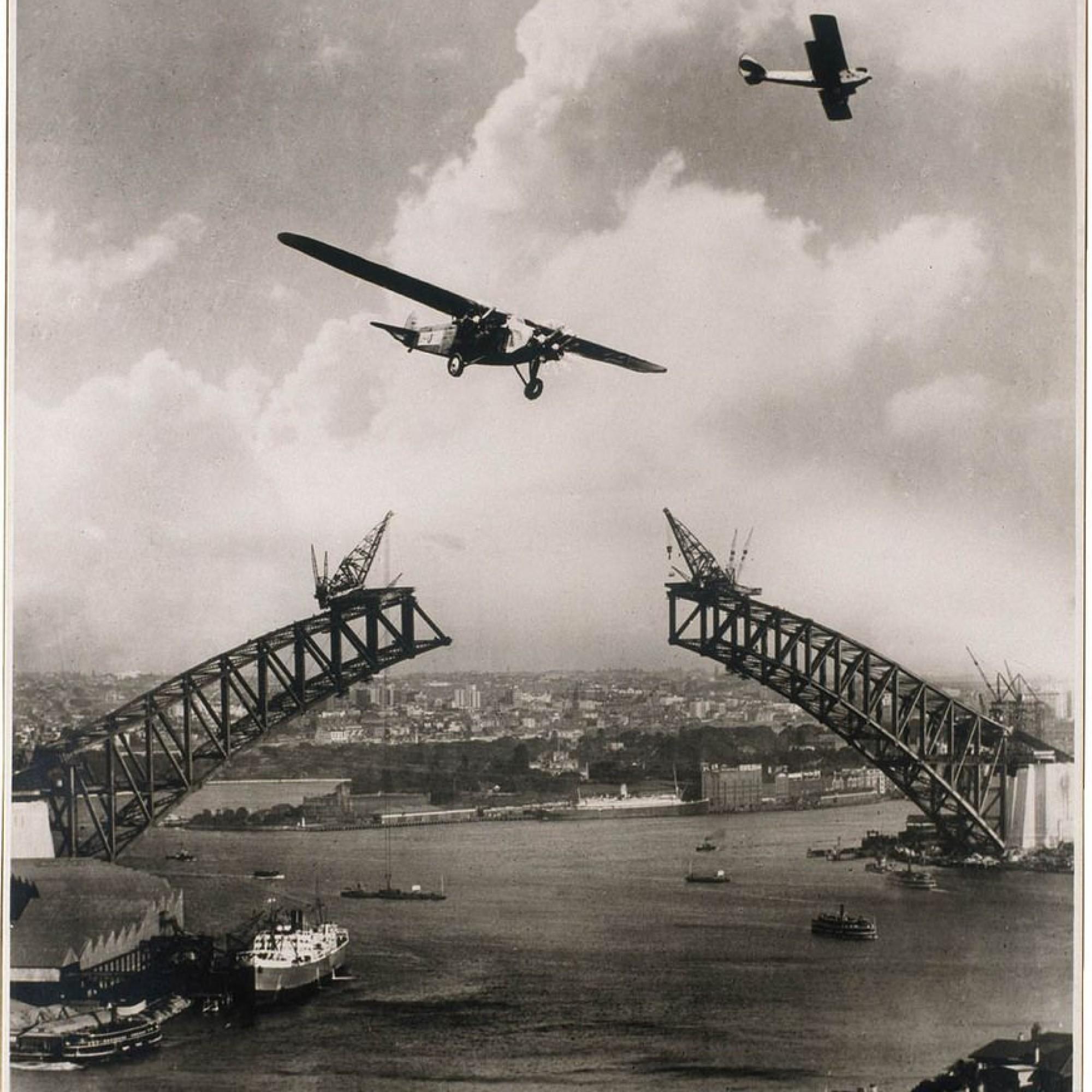Die Sydney Harbour Bridge stellt die Hauptverbindung zwischen Sydneys Nord- und Südküste dar. Bei dieser Aufnahme um 1930 war noch nicht viel von der Brücke zu sehen.