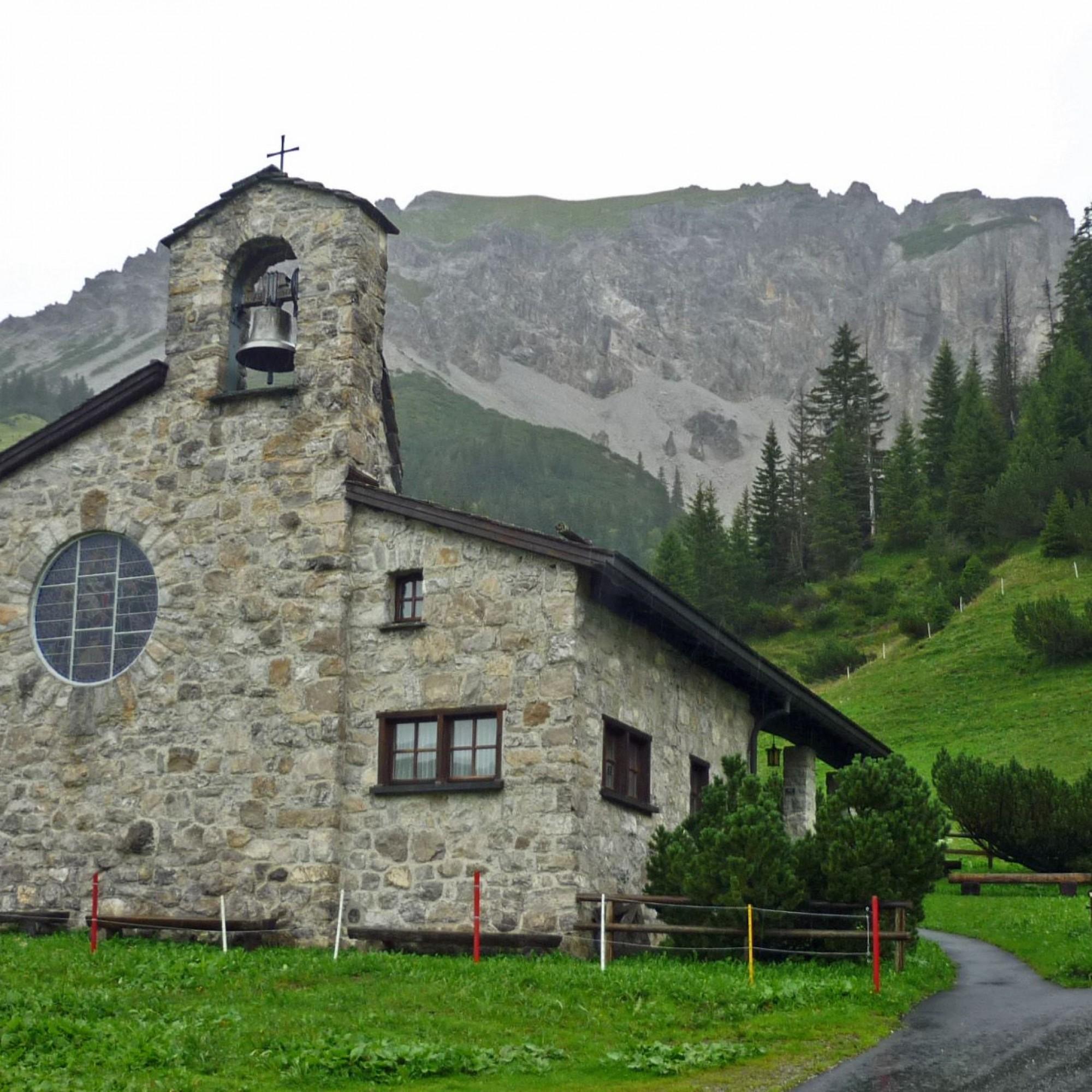 Die Friedenskapelle Malbun entstand in den Jahren 1950/51 und wurde von Johannes Hugentobler geplant. Auch das markante, runde Chorfenster stammt aus seiner Hand.