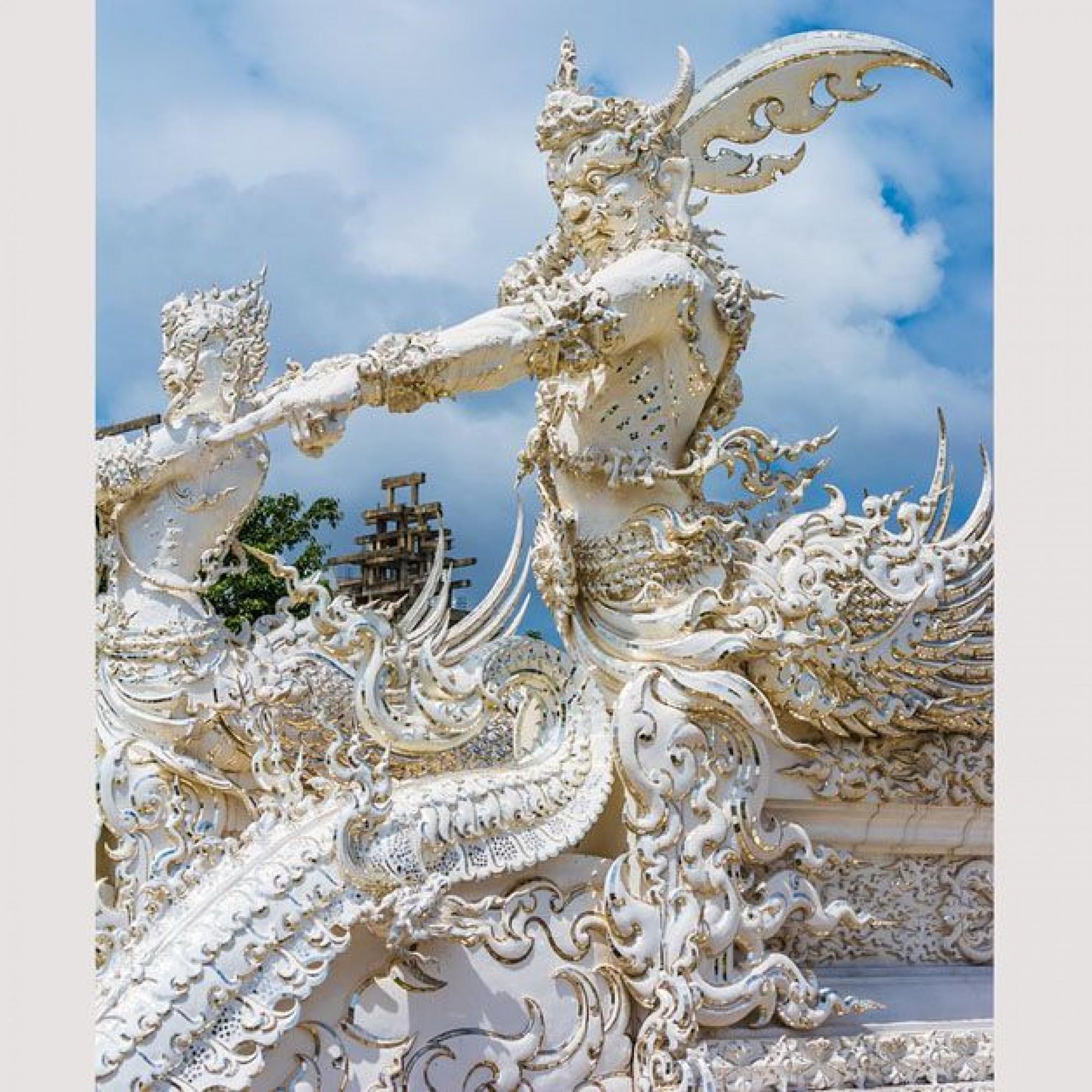 Vor dem Eingang zum Tempel steht ein riesiger Wächter.
