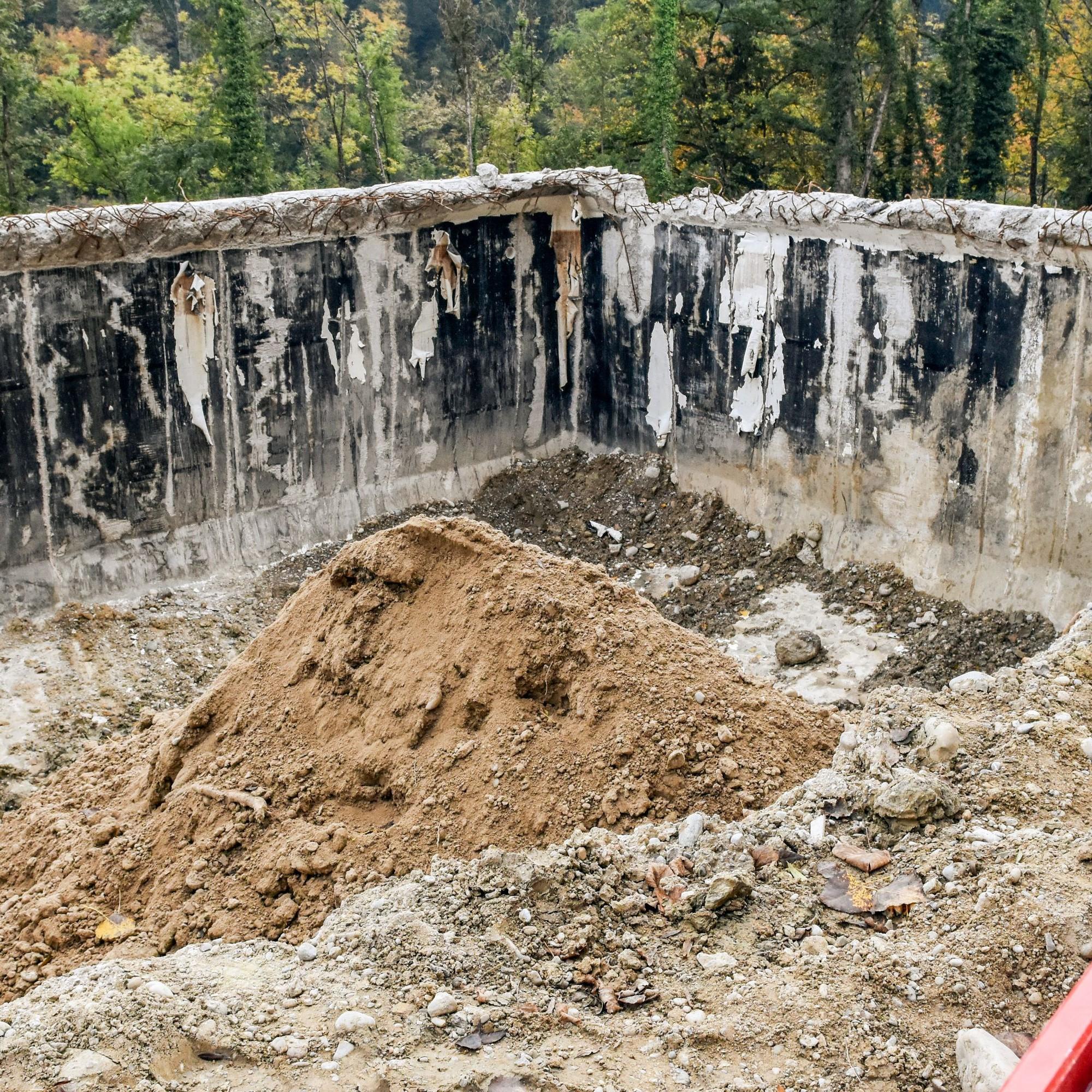 Ein offener Betontank bleibt vorderhand bestehen, um kontaminiertesMaterial bis zum Abtransport lagern zu können.