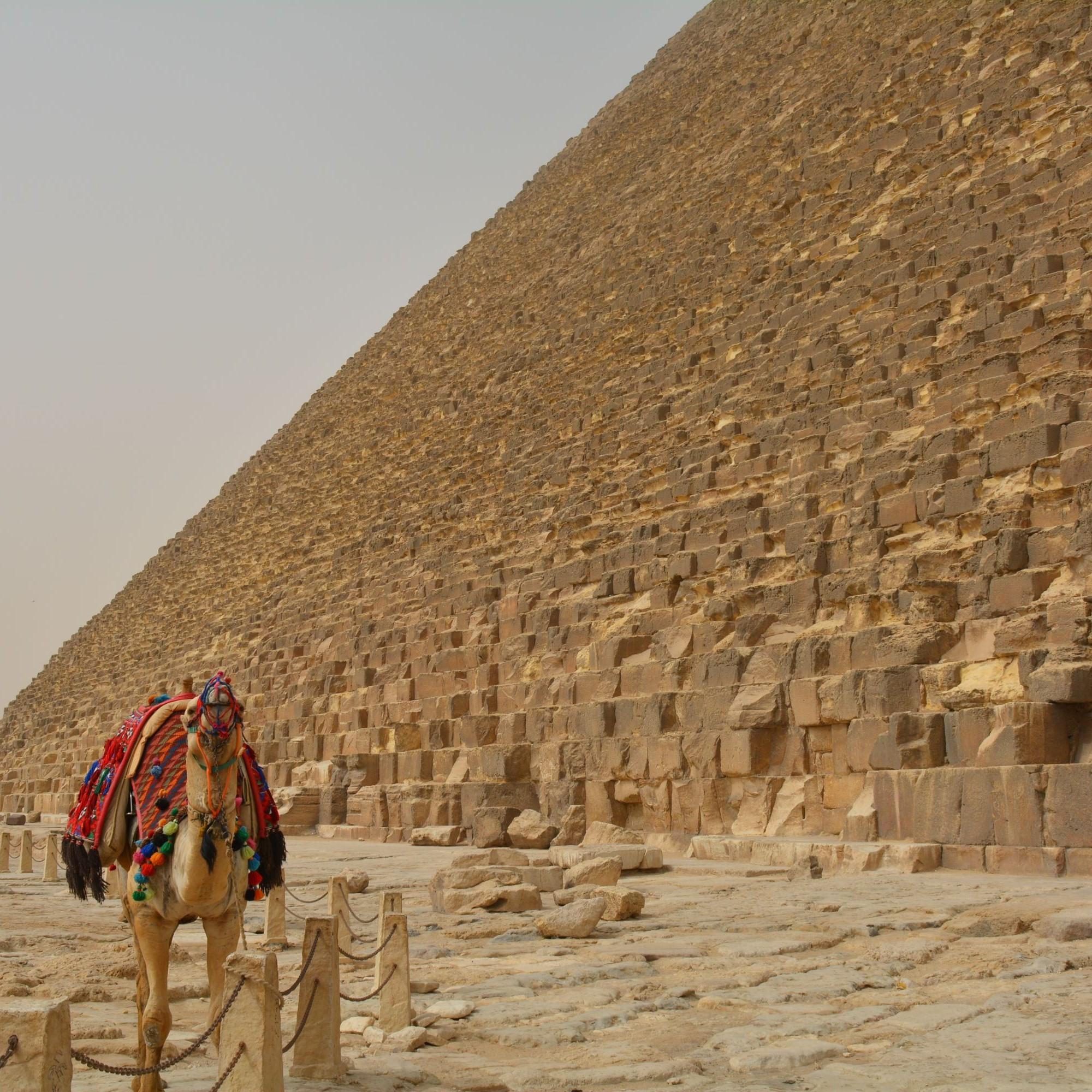 Die Pyramiden von Gizeh stehen heute noch immer – und das 4.500 Jahre nach ihrem Bau. Aber auch an ihnen ist die Zeit nicht spurlos vorbei gegangen: Die neu entwickelte Schutzschicht POM-IL könnte dem vielleicht entgegentreten.Die Pyramiden von Gizeh ste
