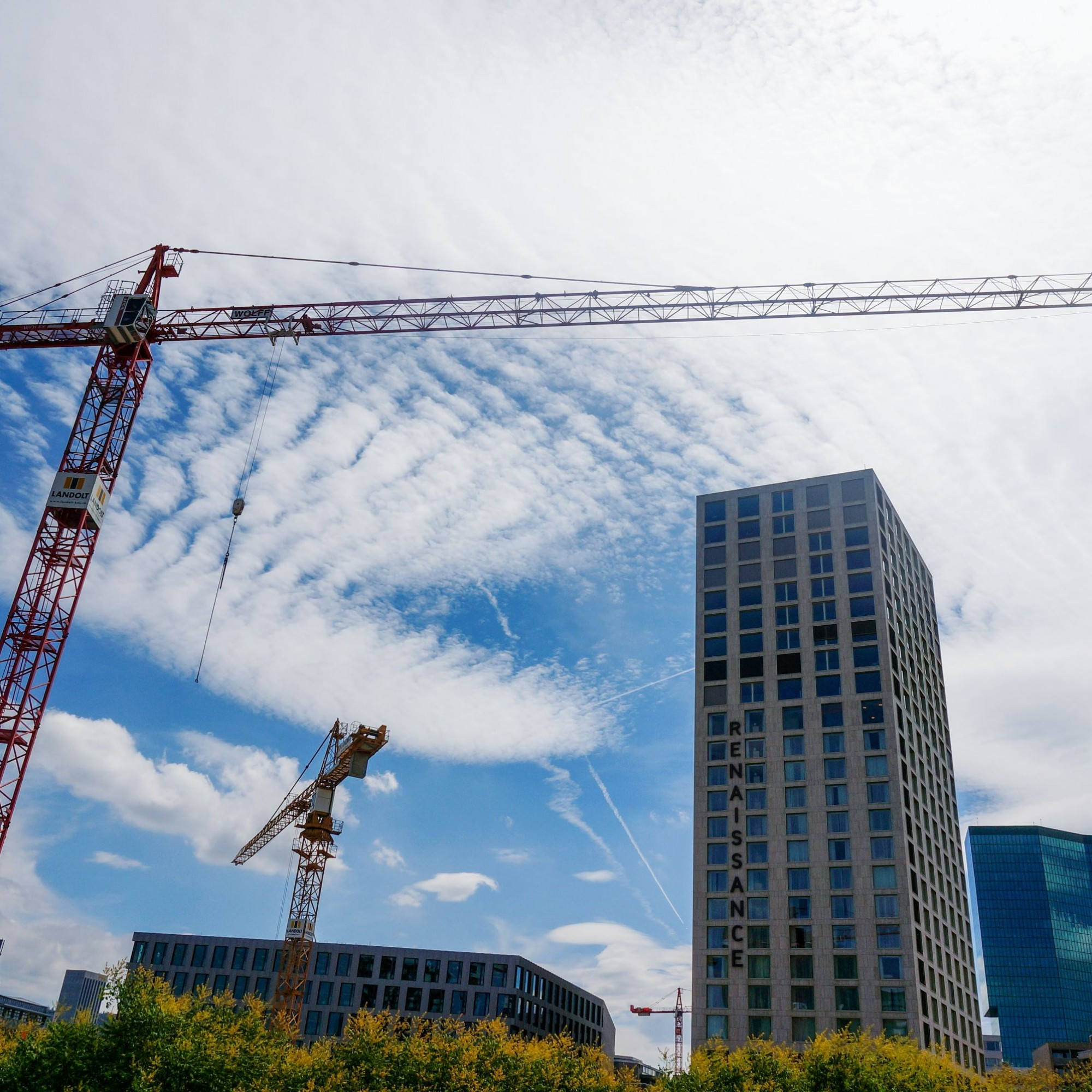 Die Bauinvestitionen sind gestiegen: Auch beim Zürcher Pfingstweidpark ragen Krane in den Himmel.