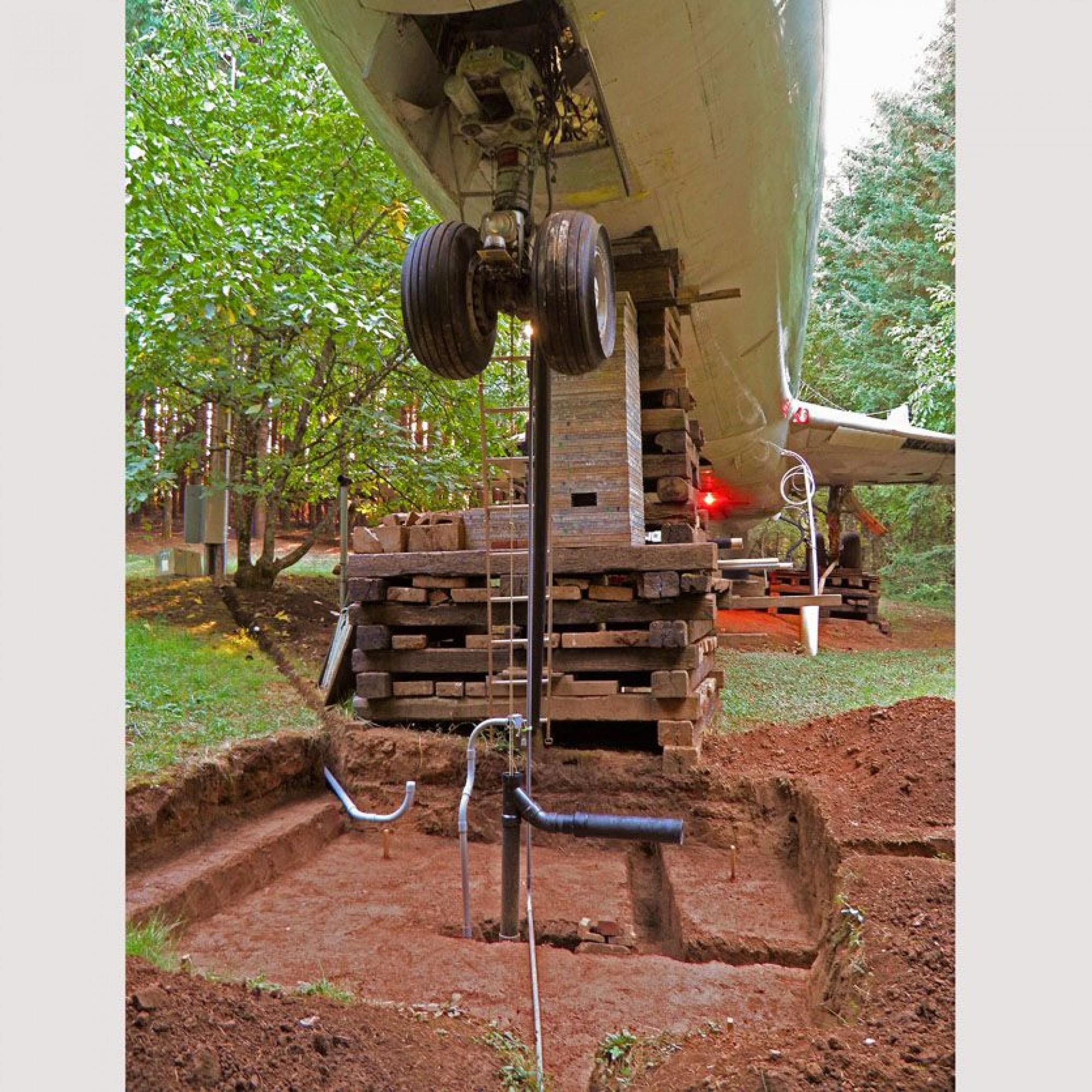Auf diesem Bild kann man sehen wie die Boeing stabilisiert wurde und der Strom in das Flugzeug gelangt.