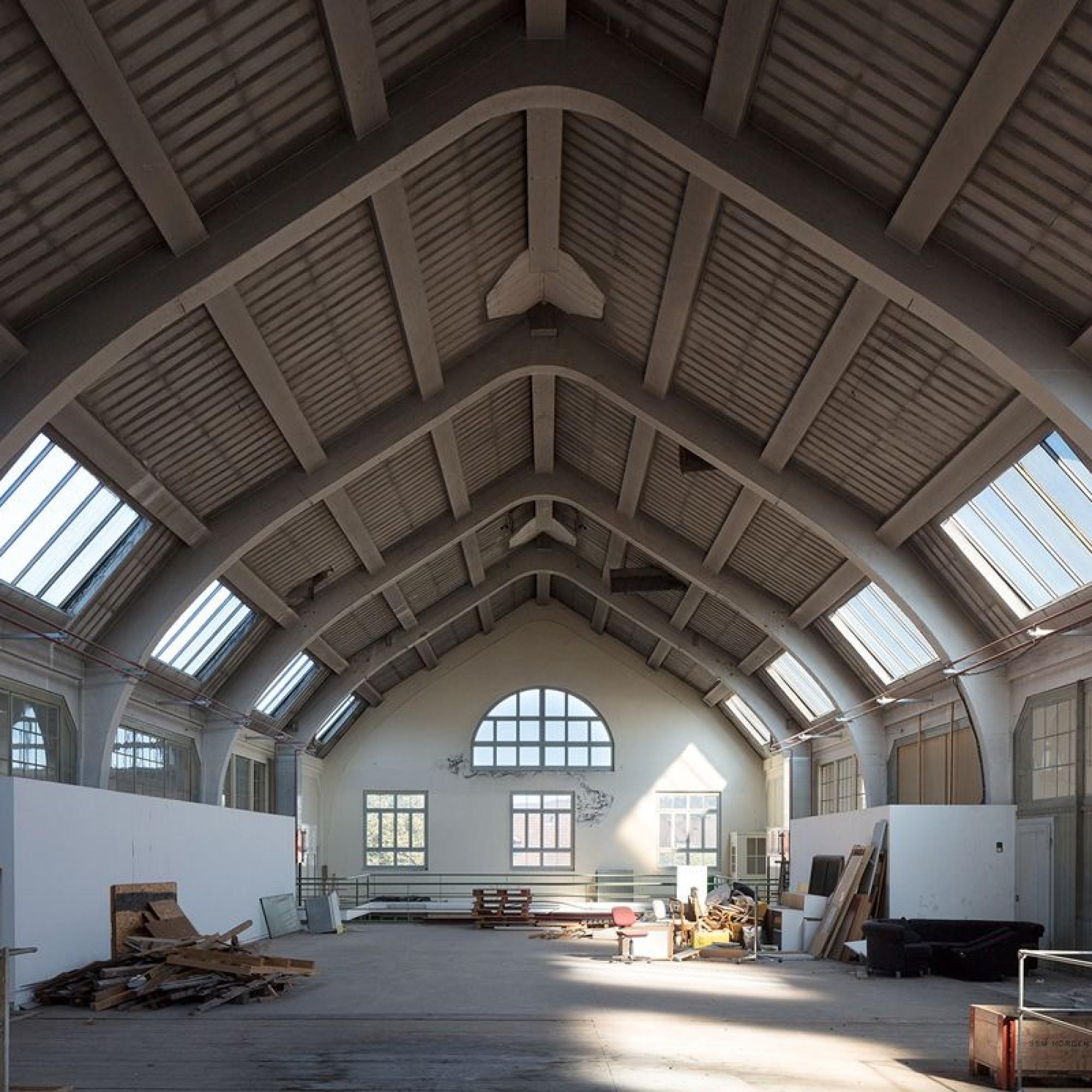 Im Betonskelettbau der Isolatorenhalle (1918) auf dem Areal der Porzellanfabrik herrscht eine fast schon sakrale Stimmung.