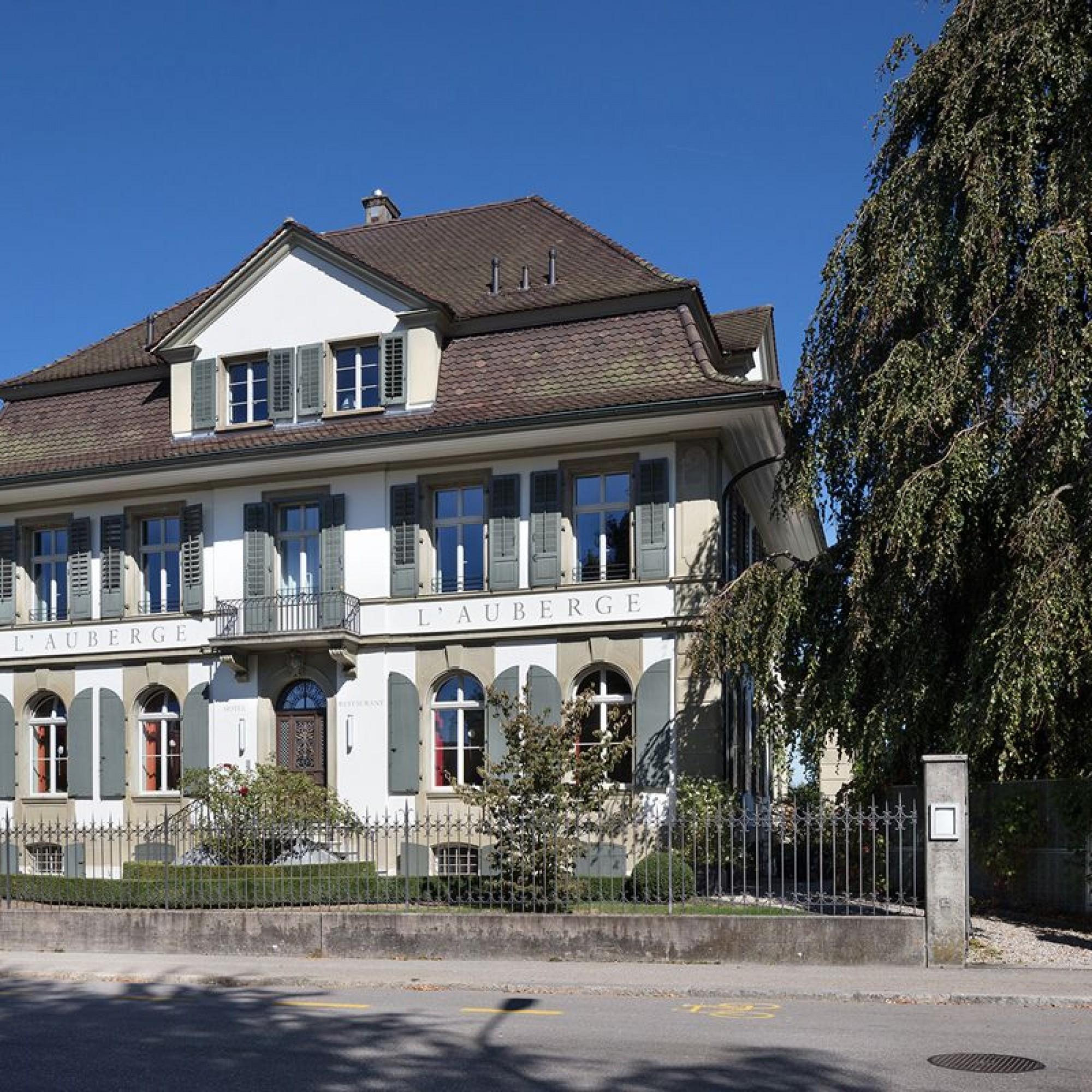 Zwischen dem Bahnhof und dem Zentrum bildete sich ab 1860 ein stattliches Villenquartier aus. Im Bild die zum Hotel und Restaurant umfunktionierte klassizistische Villa an der Murgenthalstrasse.